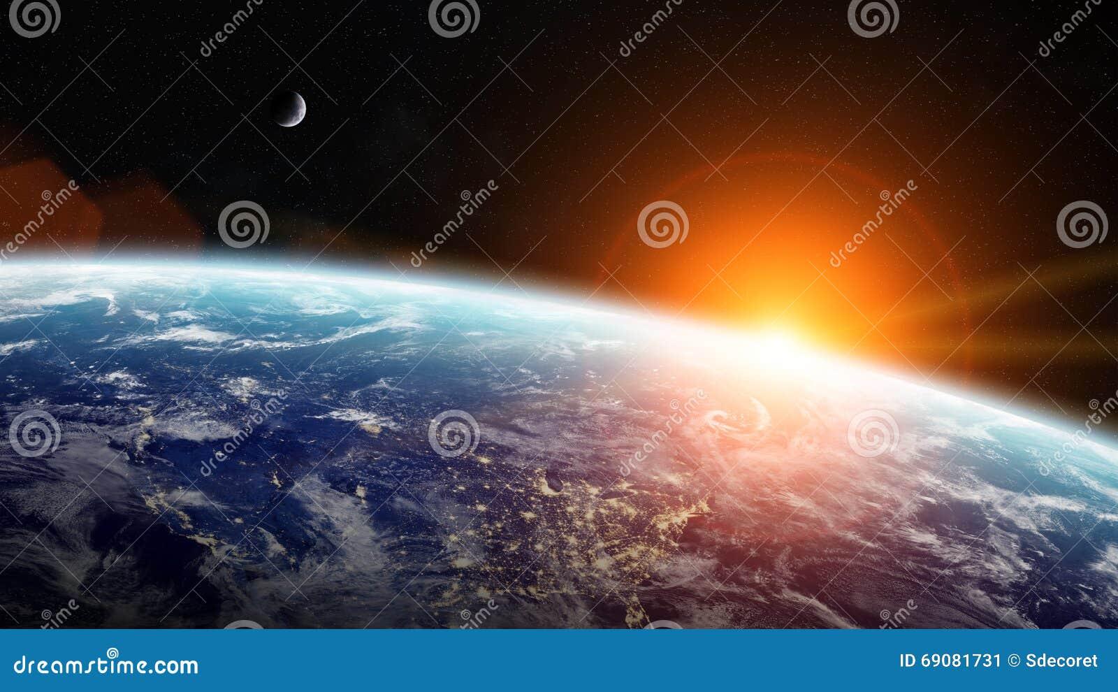 Soluppgång över planetjord i utrymme