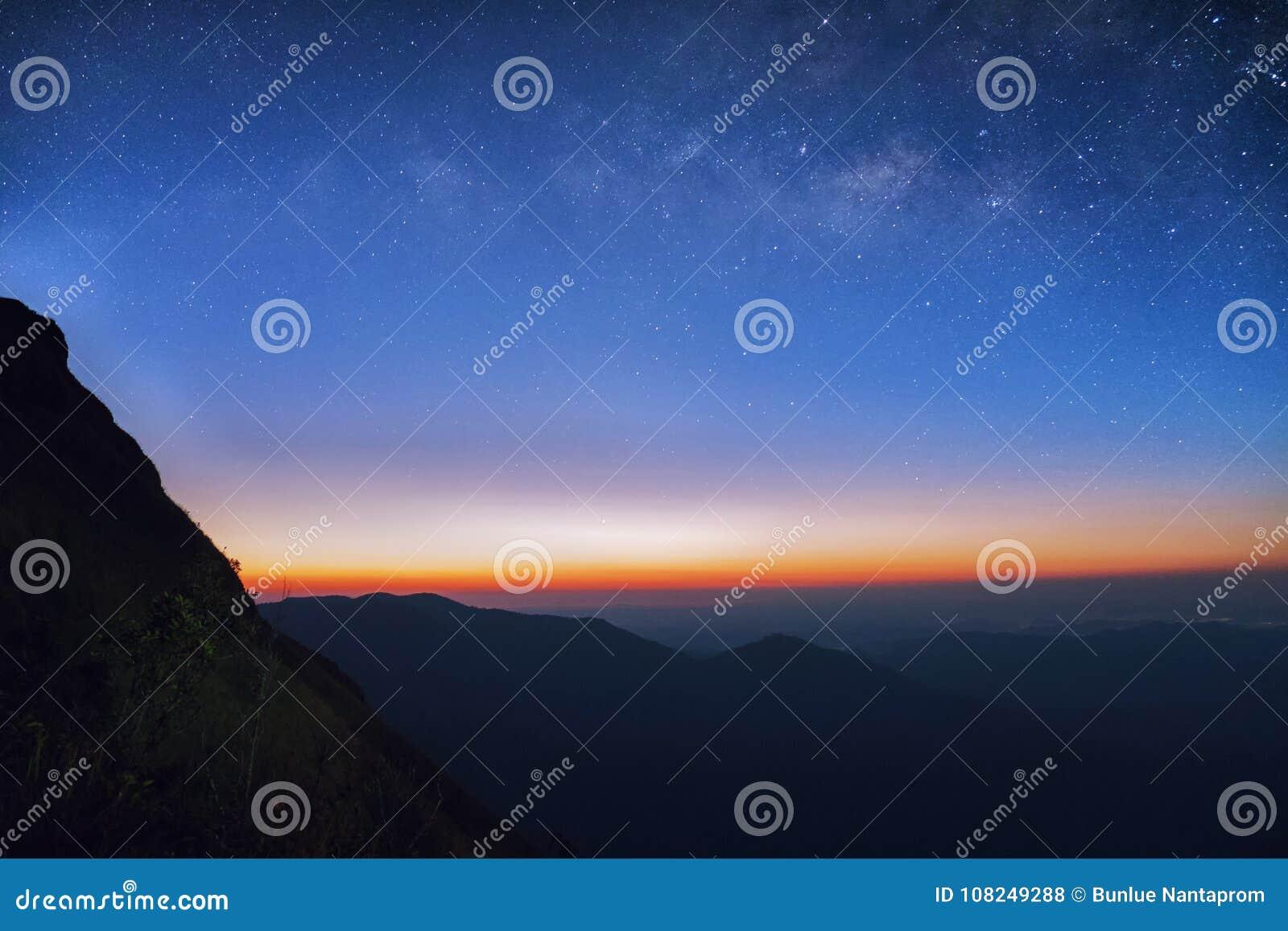 Soluppgång i morgonen, landskapstjärnan och soluppgången på mountaen