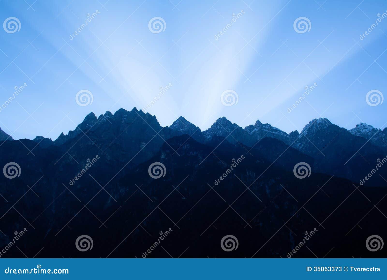 Soluppgång i tigern som hoppar klyftan. Tibet. Kina.