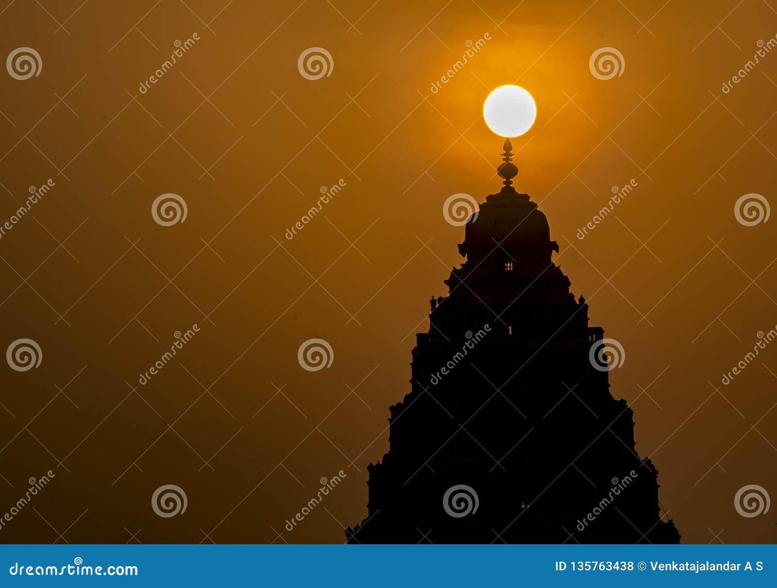 Soluppgång: Naturlig ljus garnering över en hinduisk tempel