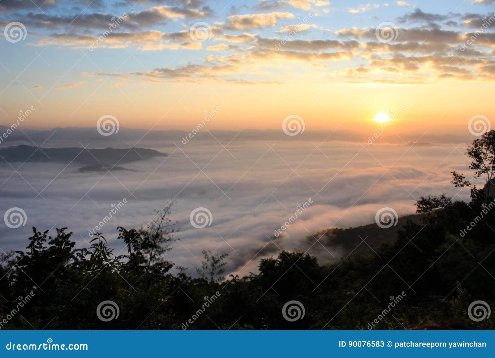 Soluppgång och dimma