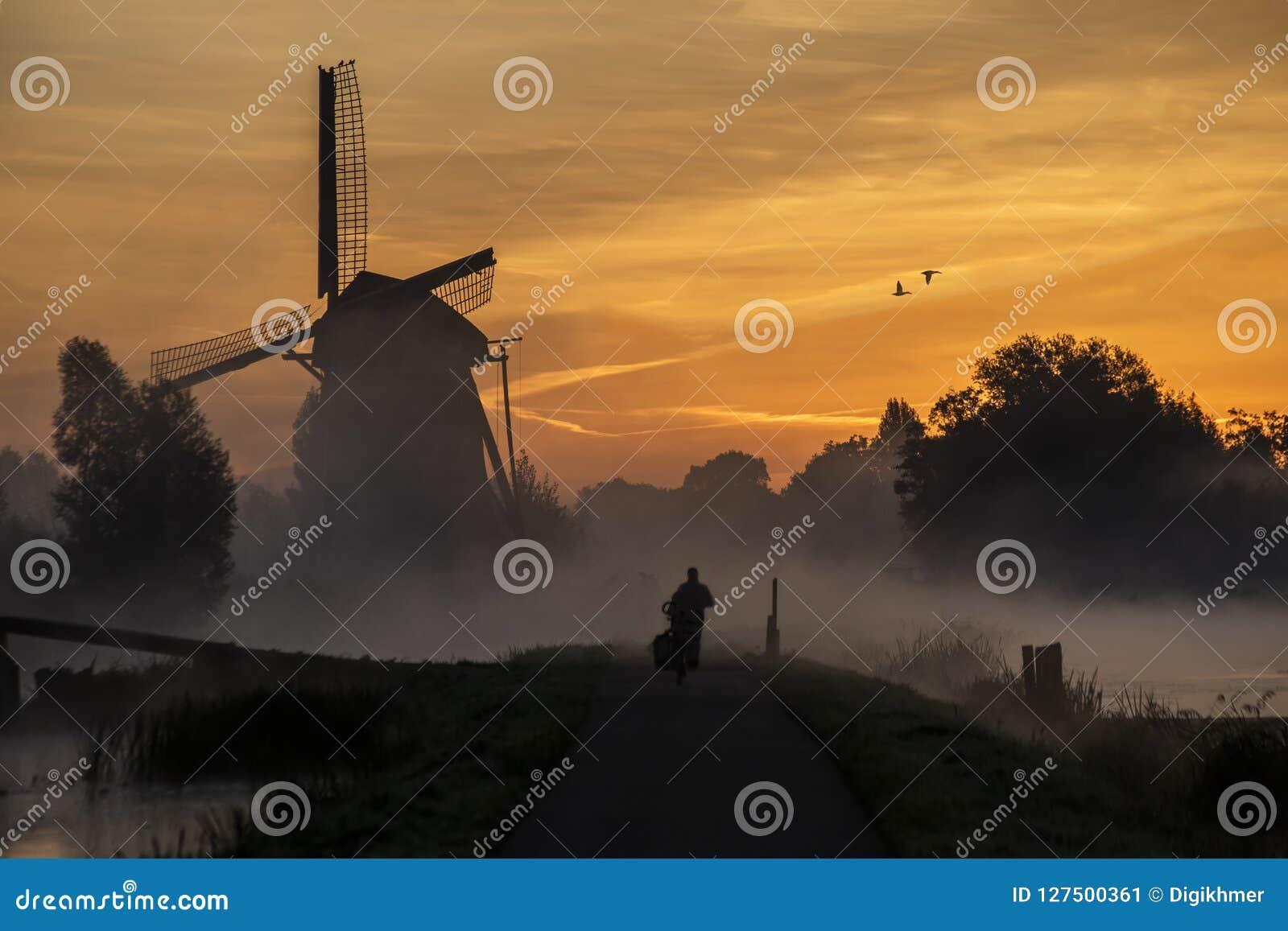 Soluppgång på den holländska väderkvarnen