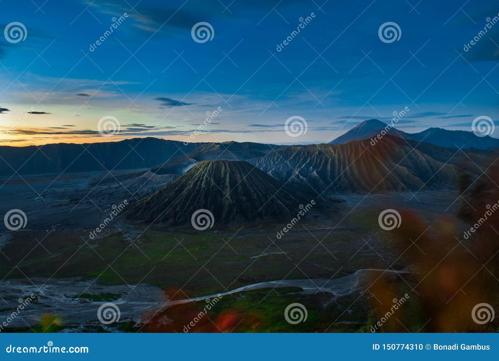 Soluppgång på förälskelsekullen med monteringen Bromo och gunungbatoksikt