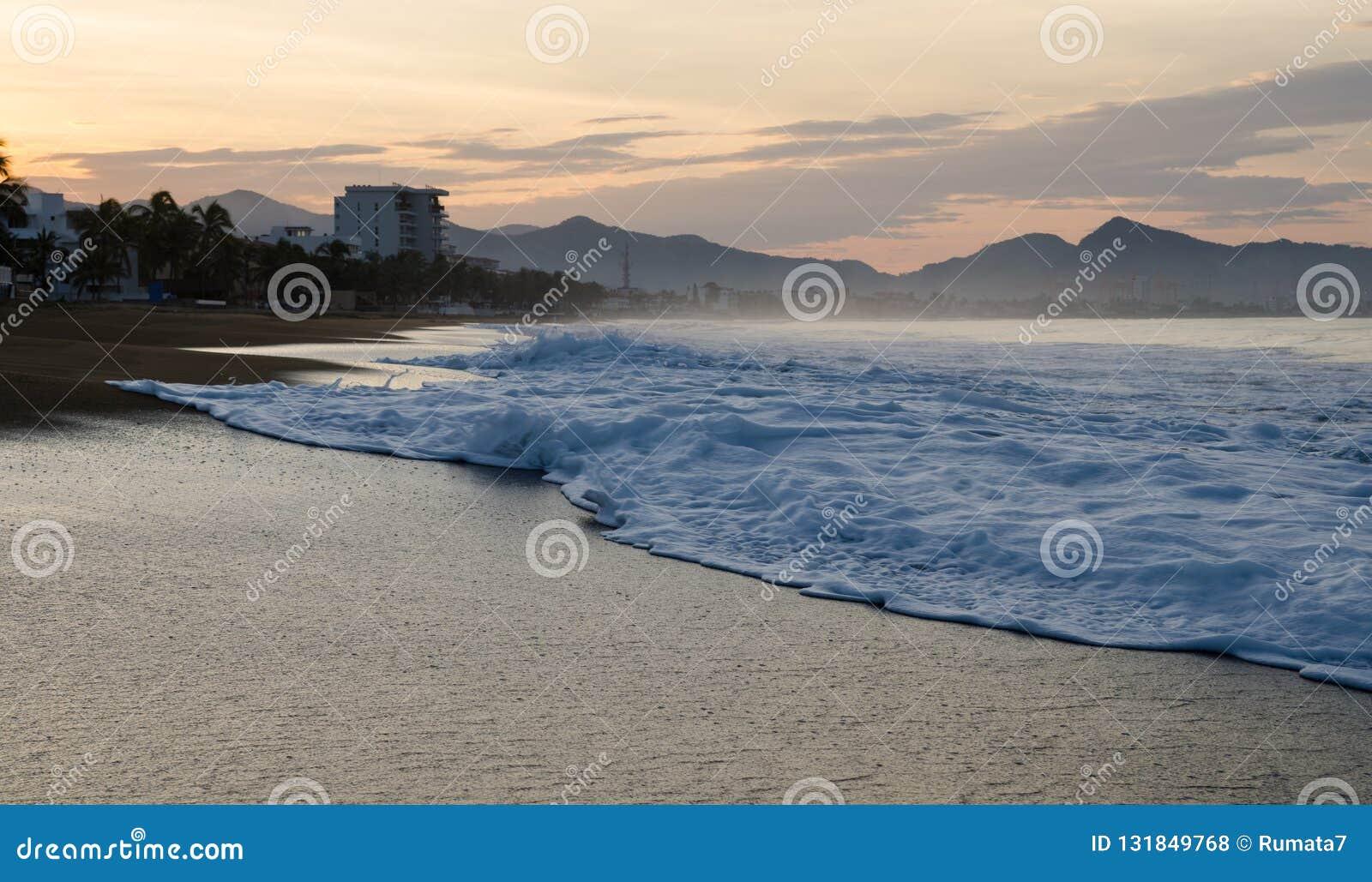 Soluppgång på stranden i Mexico Manzanillo Colima