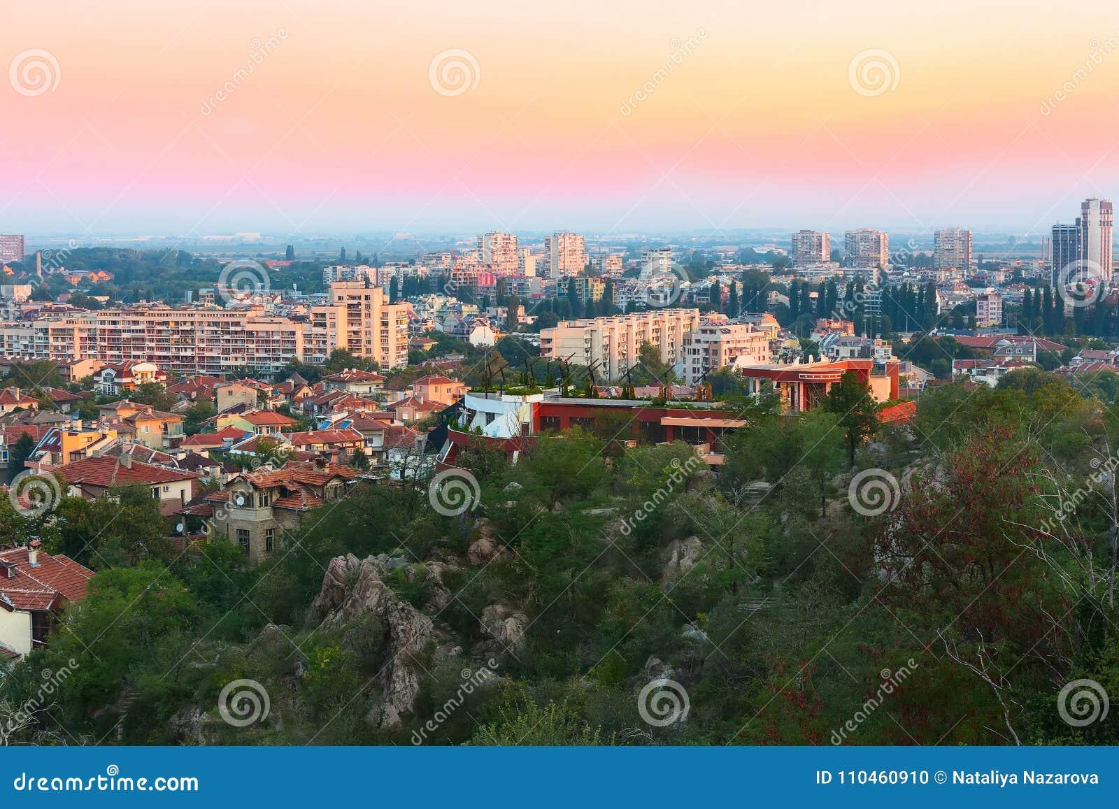 Soluppgångpanorama av den Plovdiv staden, Bulgarien