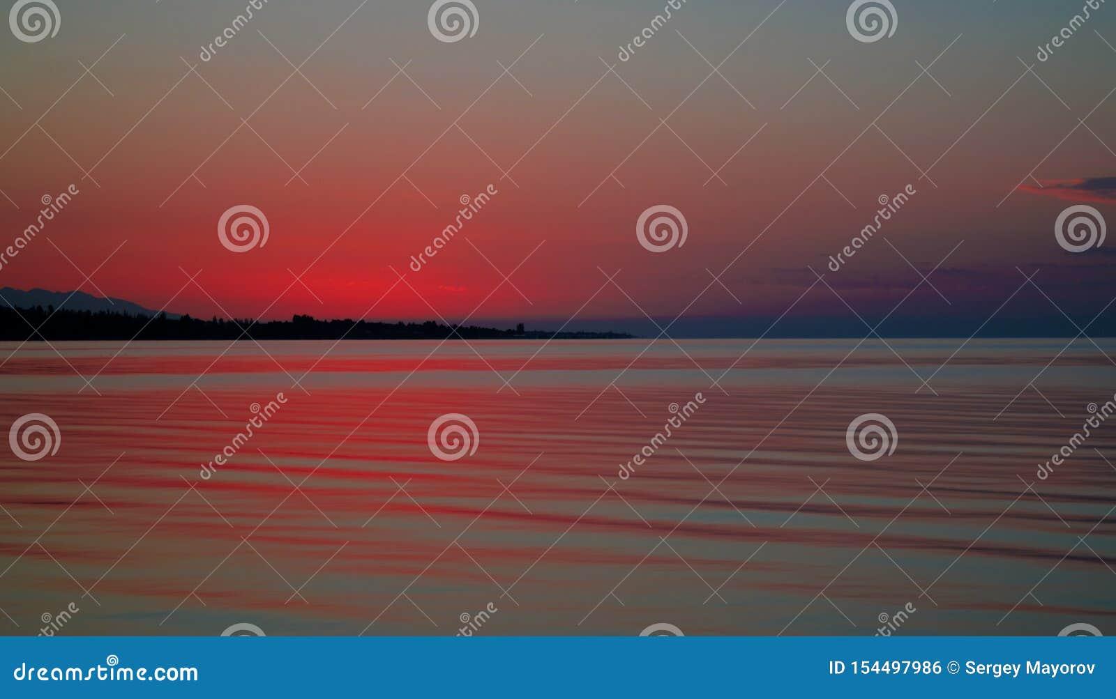 Soluppgångpanoramautsikt till Issyk-Kul sjön, Cholpon-Ata, Kirgizistan