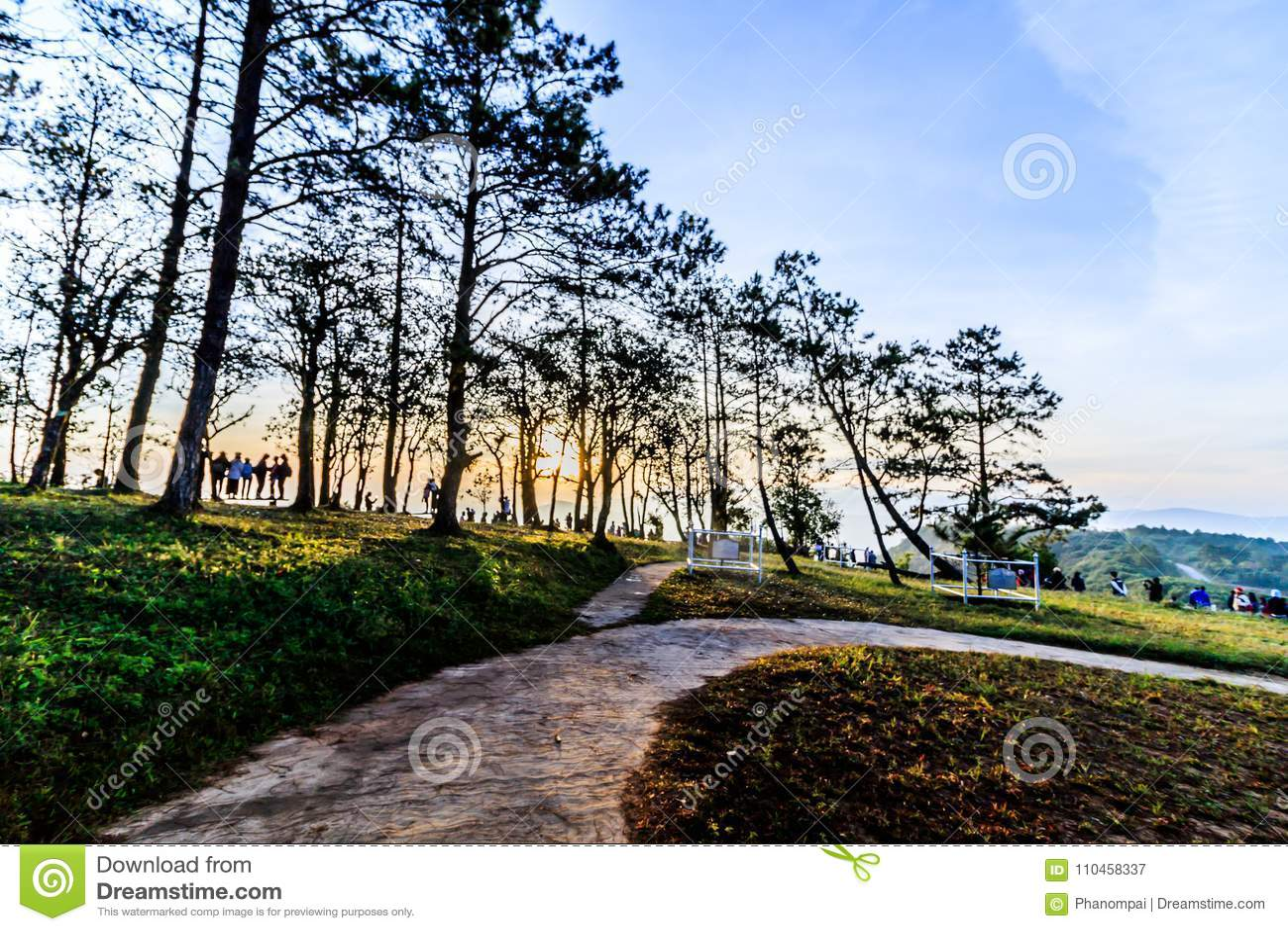 Soluppgångsikt av landskapet på tropisk bergskedja Phu Nat Rua