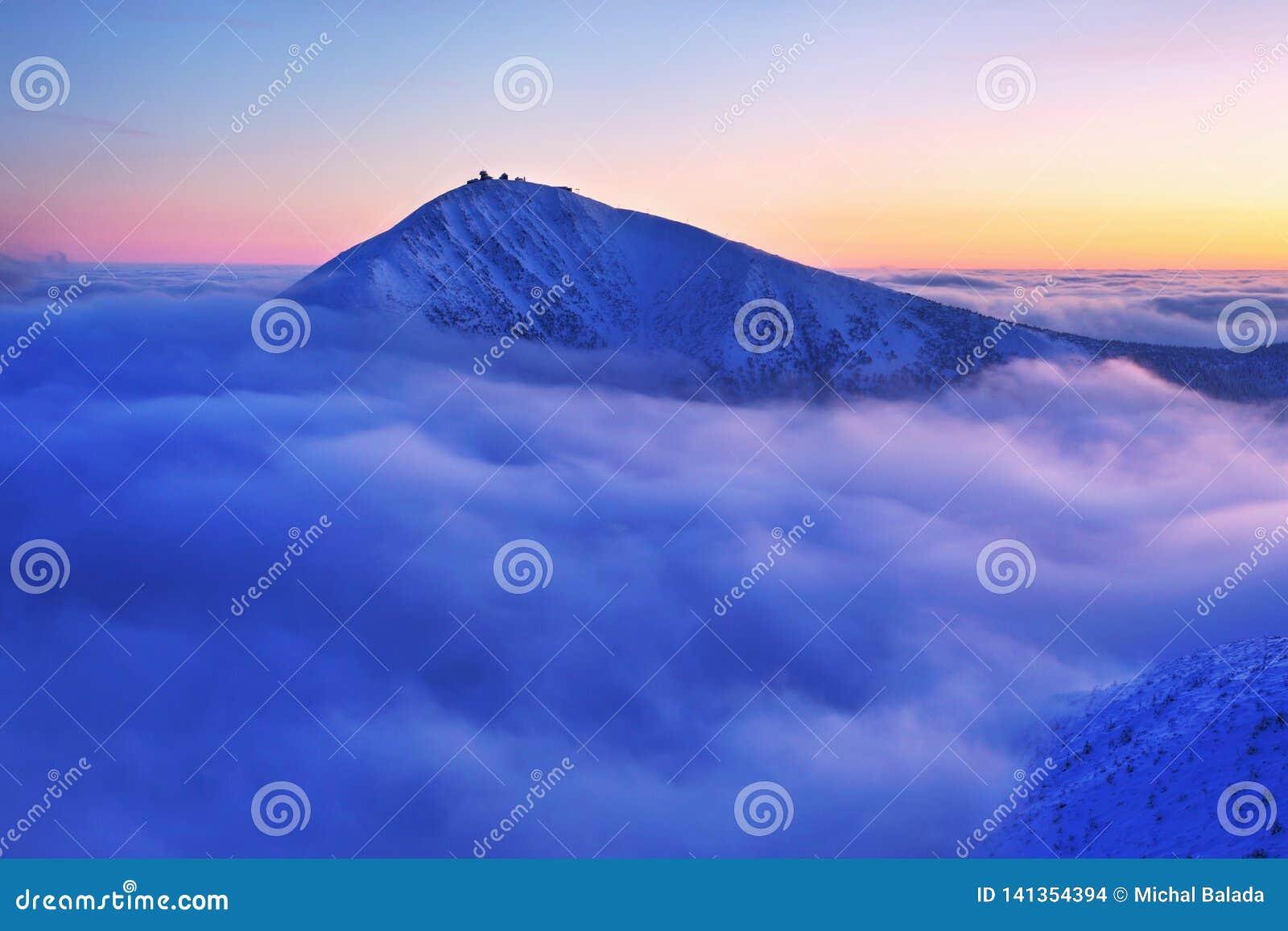 Soluppgångsikt av Pec-fröskidan Snezkou i de Krkonose bergen i vinter för republiktown för cesky tjeckisk krumlov medeltida gamma