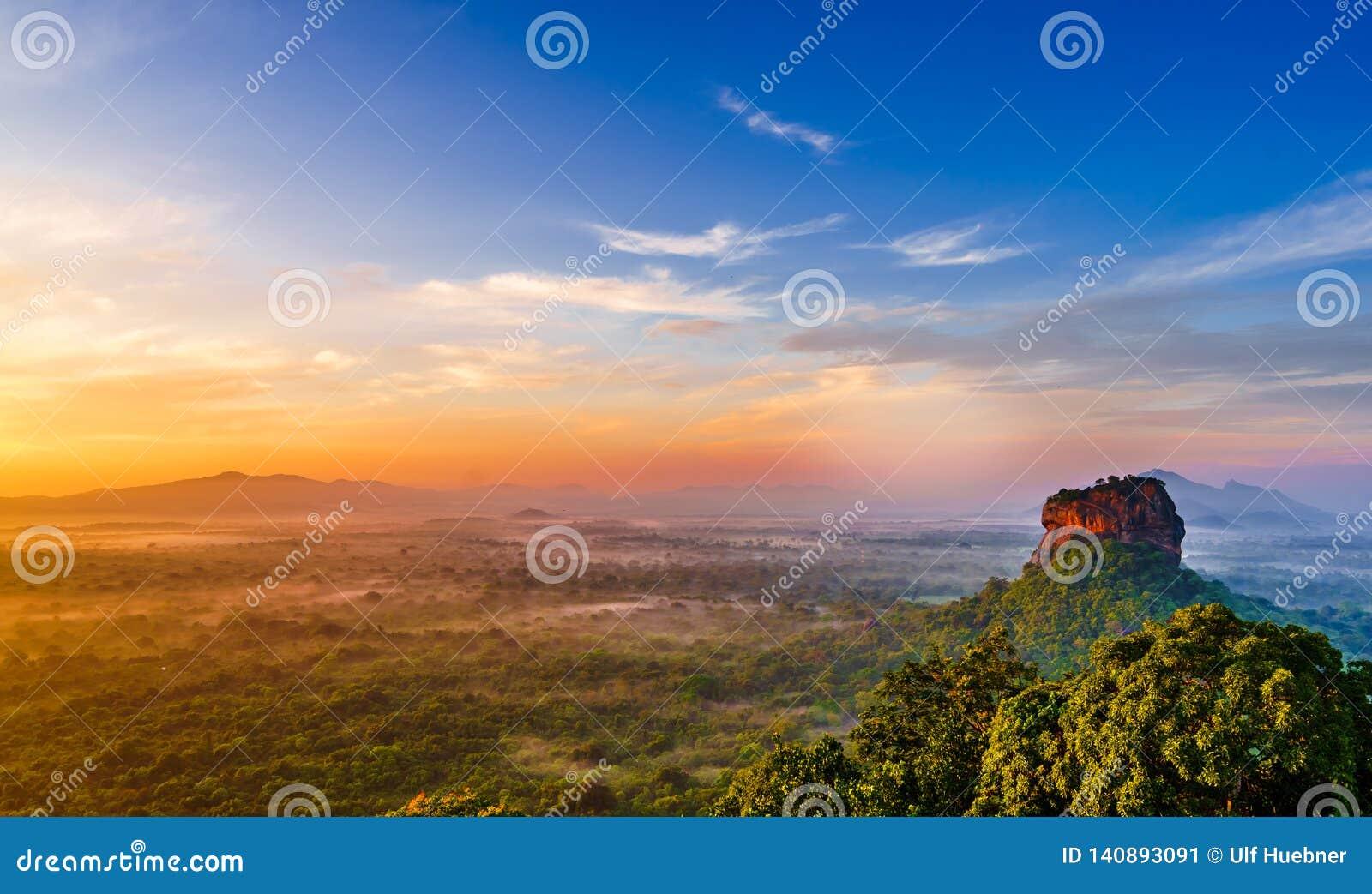 Soluppgångsikten till Sigiriya vaggar - Lion Rock - från Pidurangala vaggar i Sri Lanka
