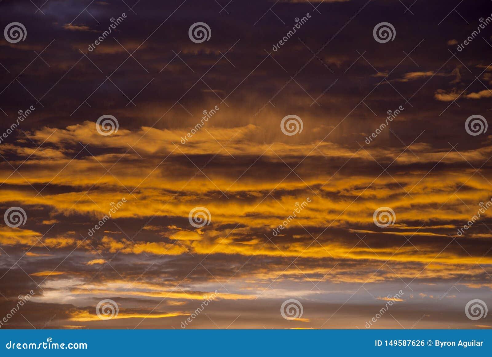 Soluppg?ngmoln och berg i Guatemala, dramatisk himmel med klockas slagf?rger