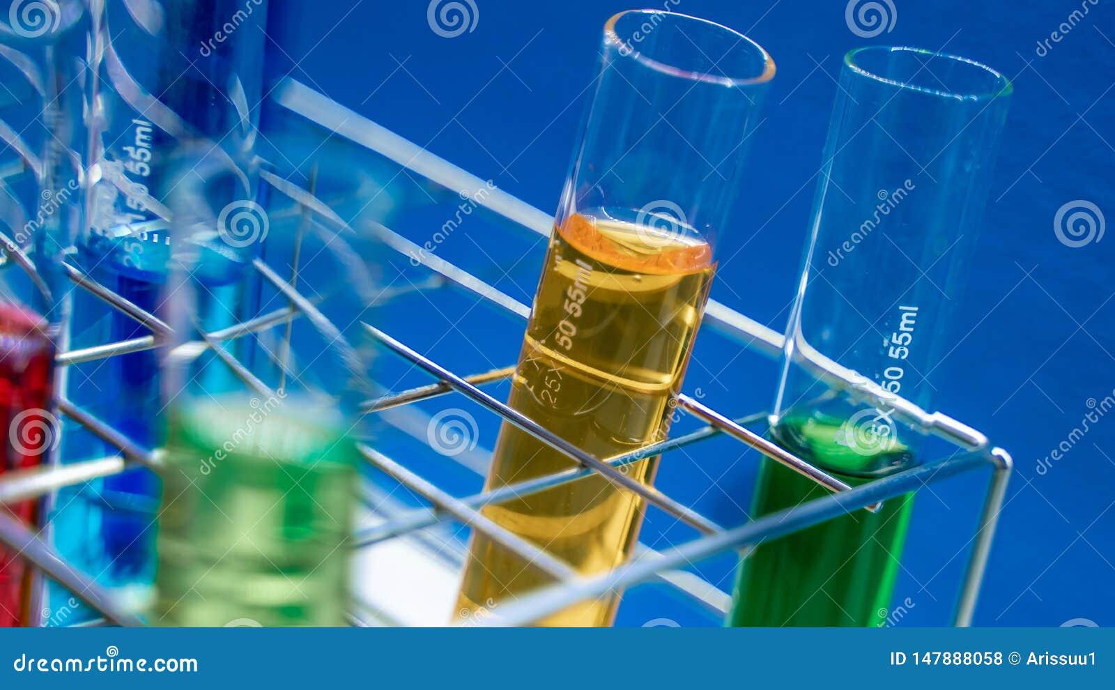 Solution de couleur dans la bouteille en verre