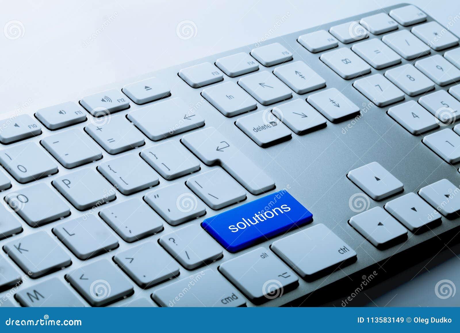 Solutions inférieures bleues sur un clavier sur le gris