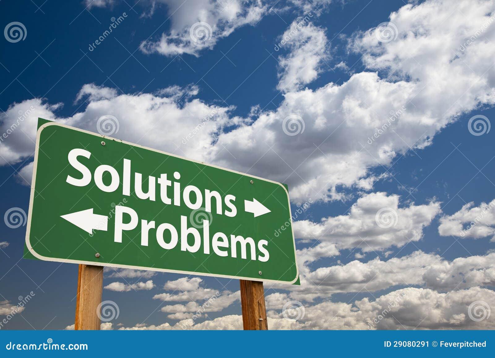 Solutions, panneau routier vert de problèmes au-dessus des nuages