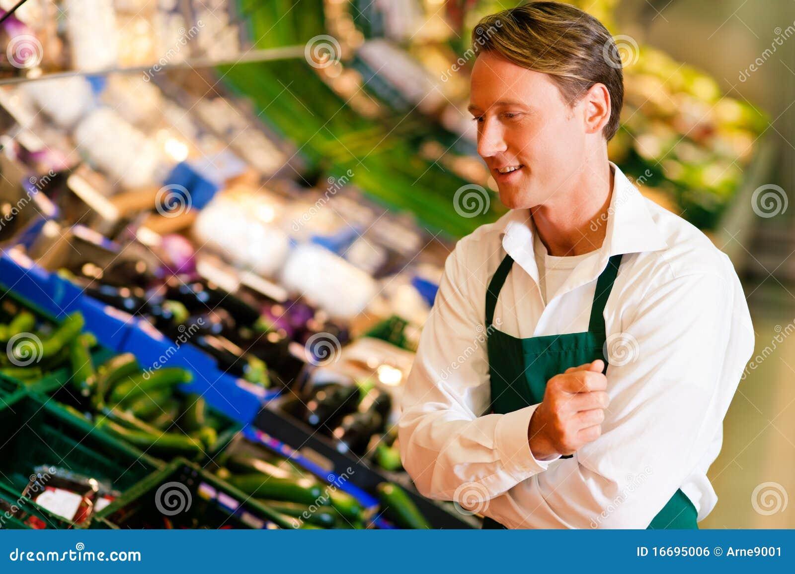 Som assistentmannen shoppar supermarketen