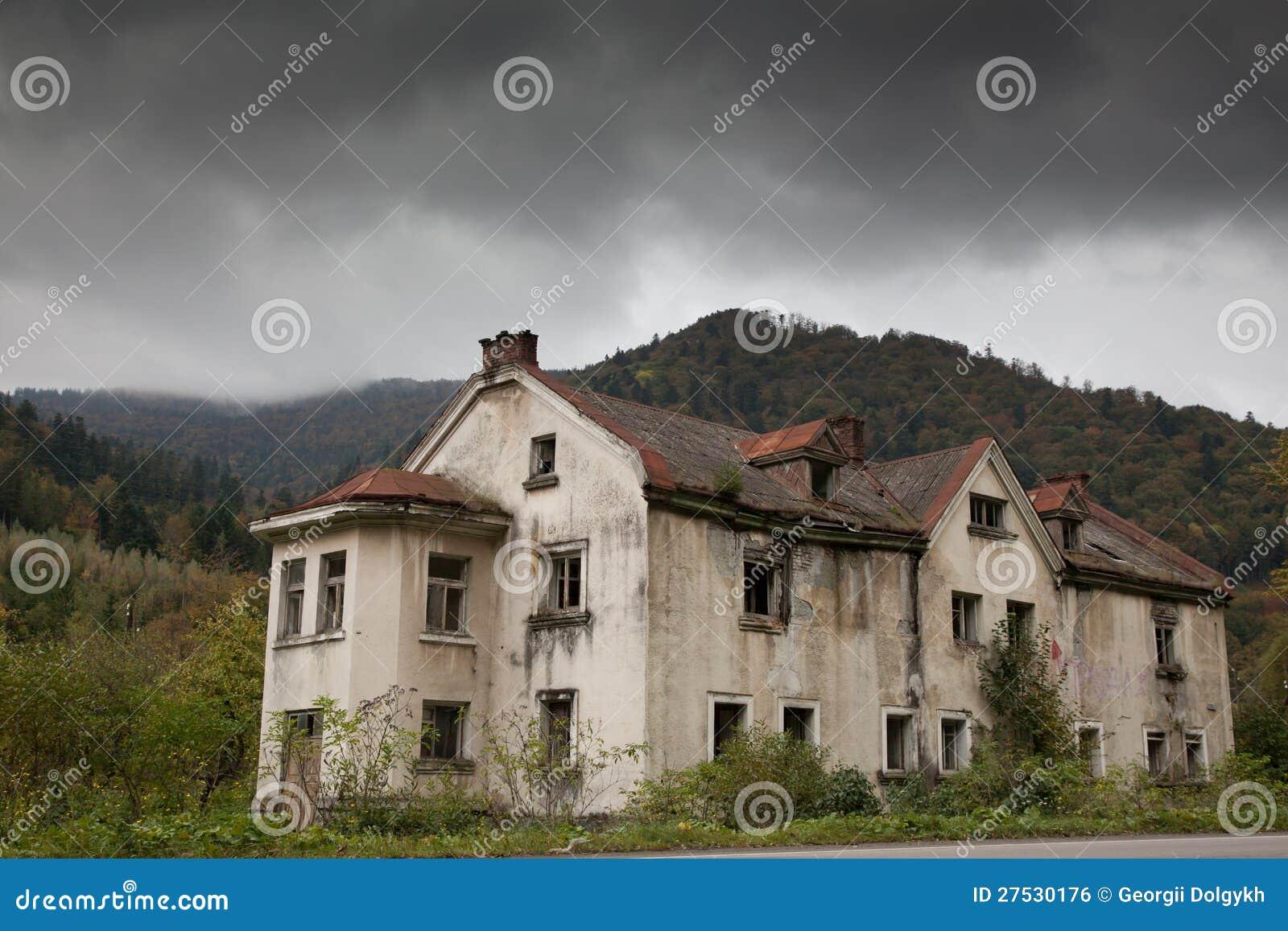 Huis Donker Hout : Somber huis in het hout stock foto afbeelding bestaande uit