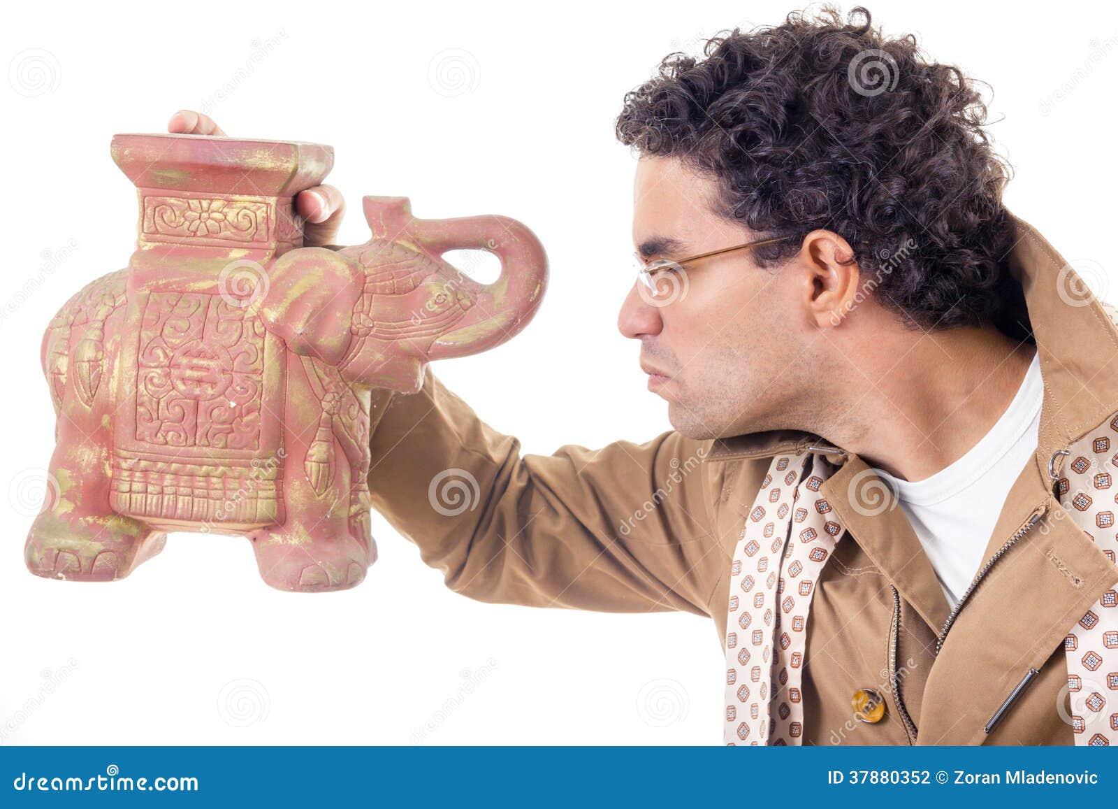 Sombere professor die in laag met glazen oud artefact kijken