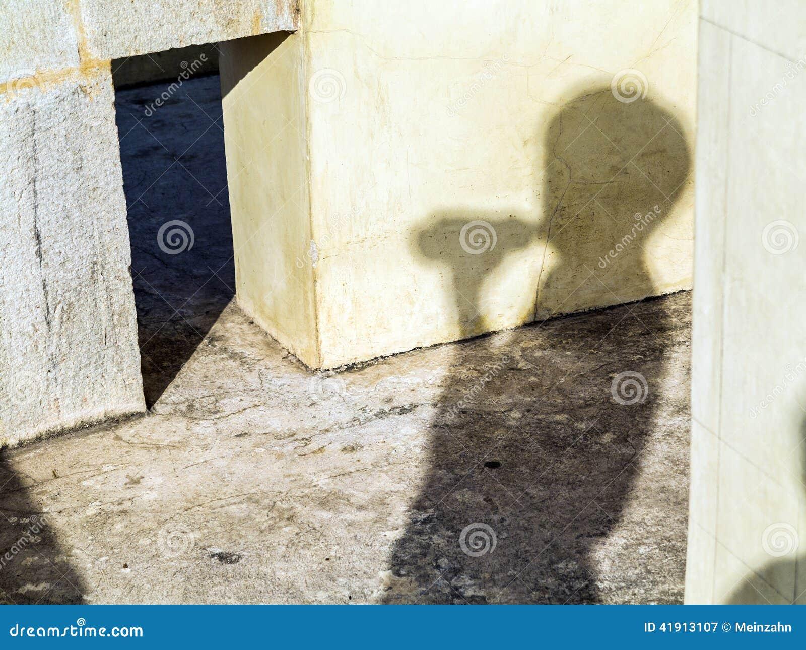 Sombra de un visitante en Jantar Mantar en Jaipur