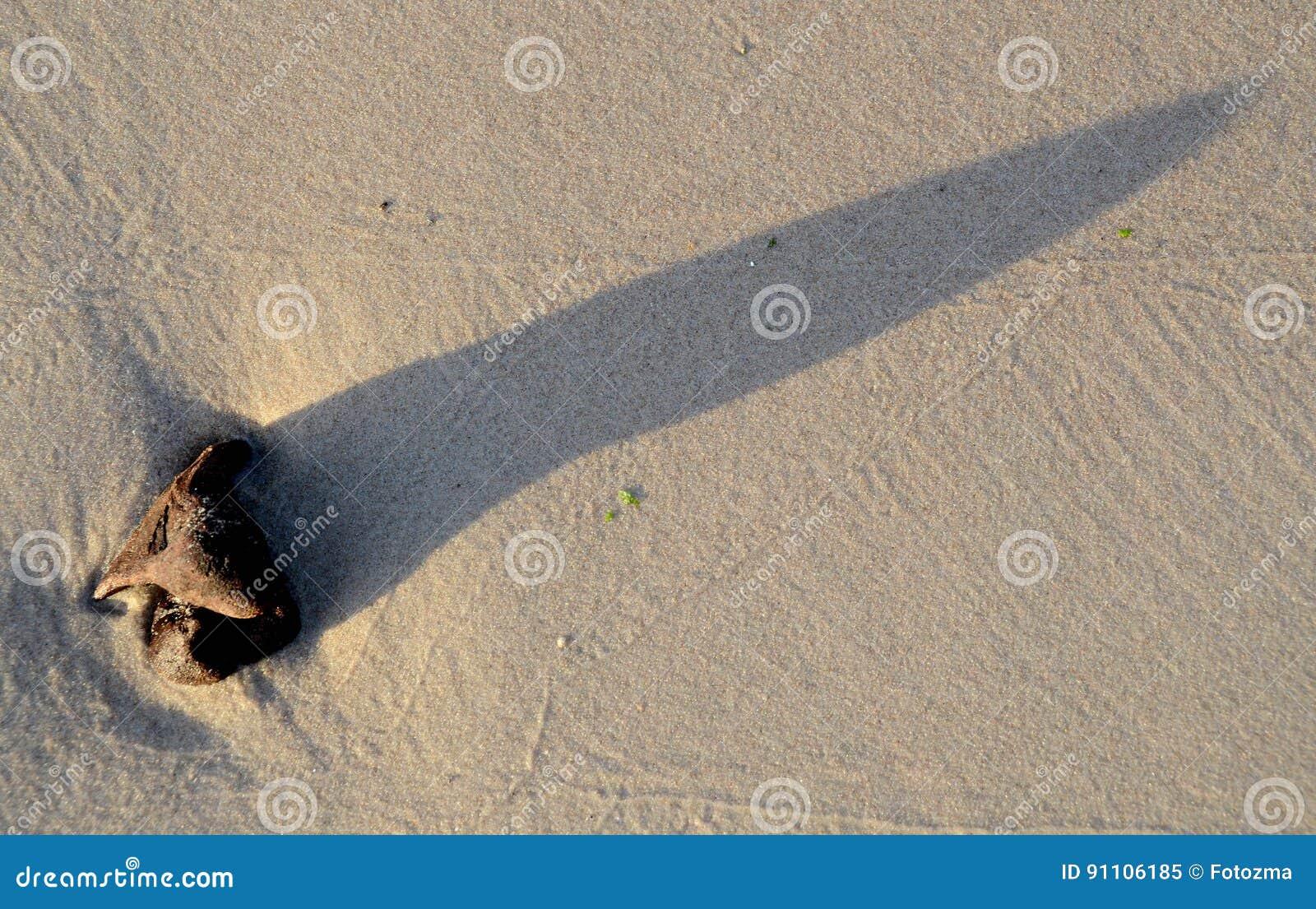 Sombra e teste padrão na areia