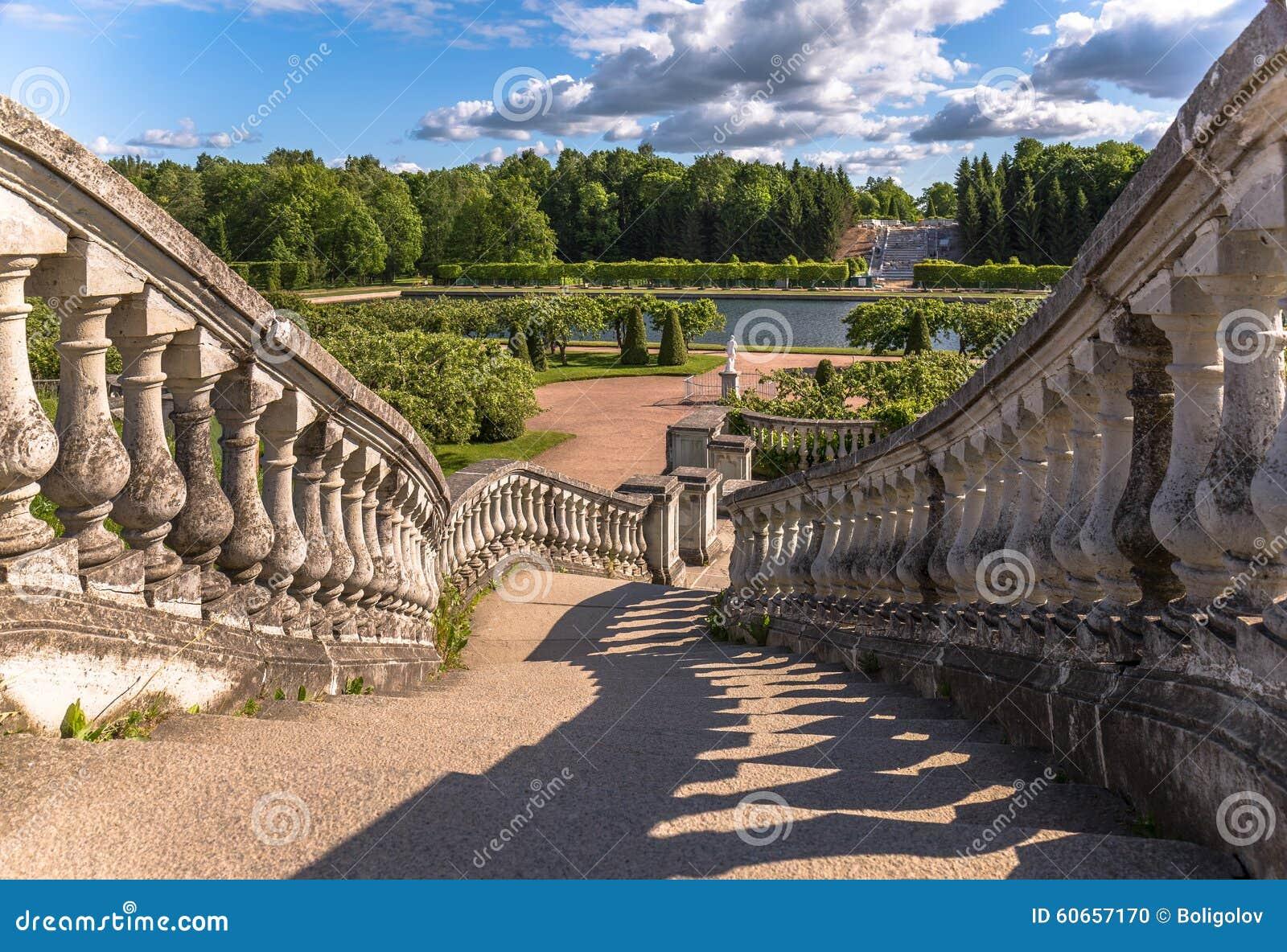 sombras de las escaleras viejas para poner verde el jardn debajo del cielo azul con las