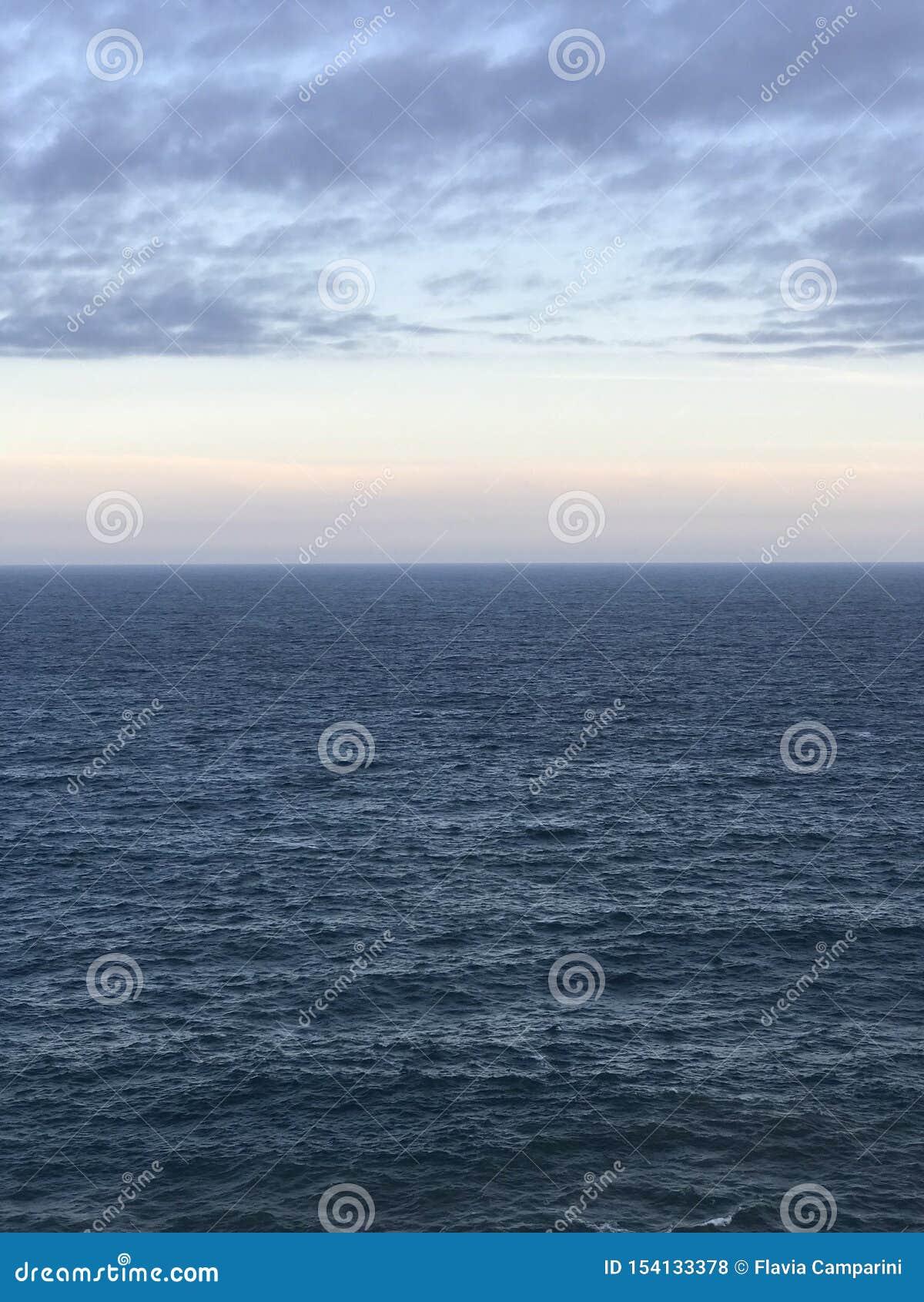 Sombras del azul en el mar