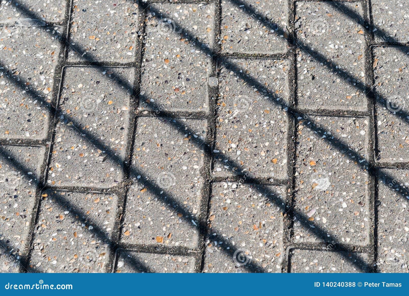 Sombras diagonais no pavimento