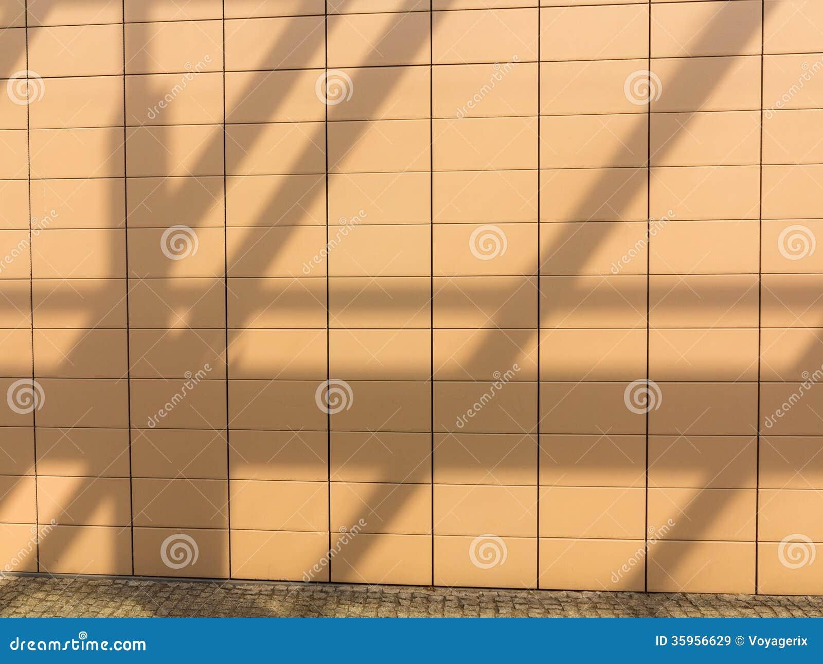 Sombras en fondo tejado anaranjado de la pared. Copyspace en blanco. Real.