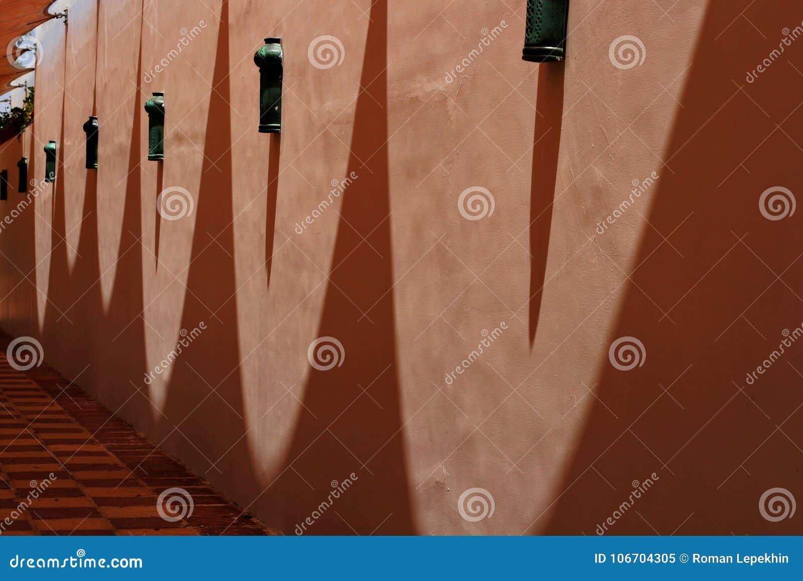 Sombras en la pared de una forma oval