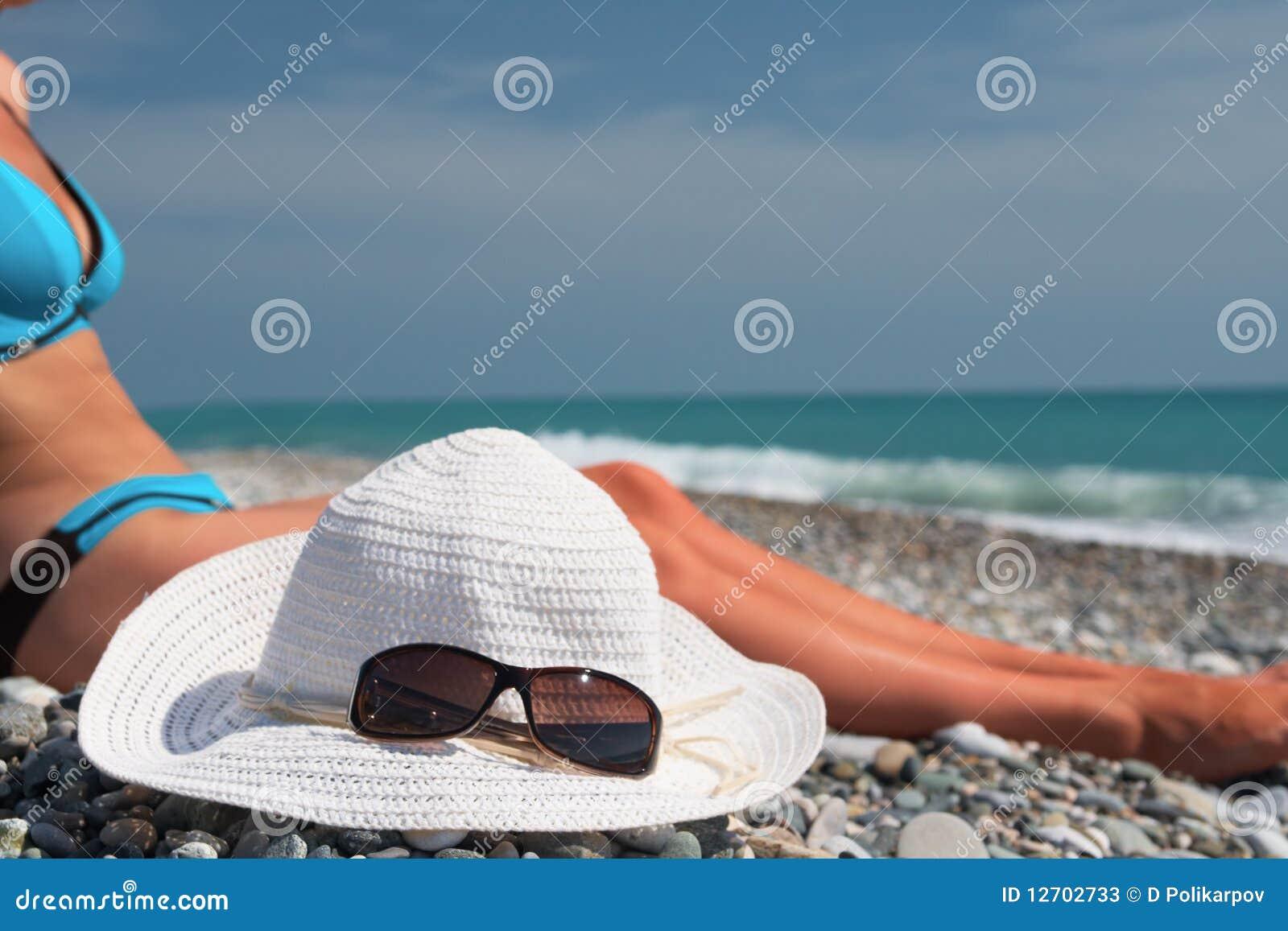 Sombrero con el layng de las gafas de sol cerca