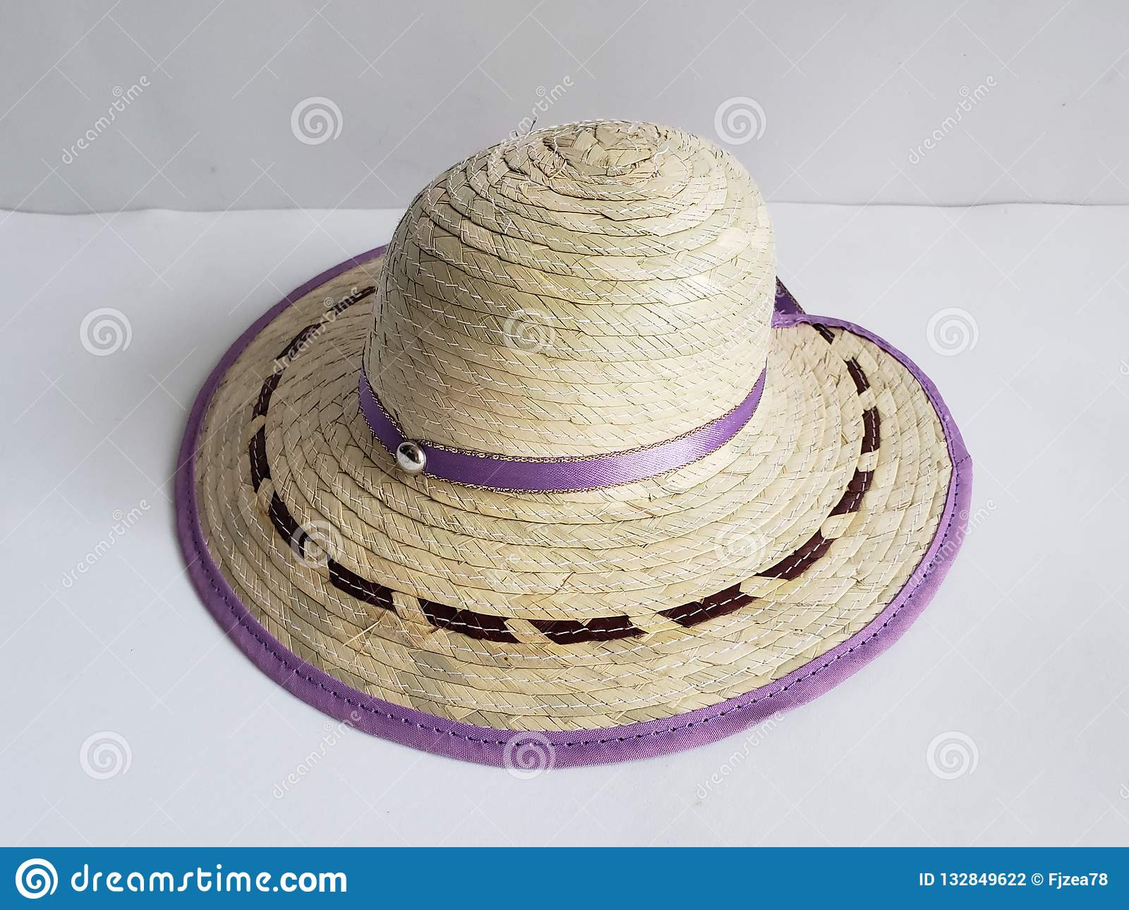 Sombrero De La Mujer Adornado Para La Protección Del Sol Y El Fondo ... 5397aa79a20