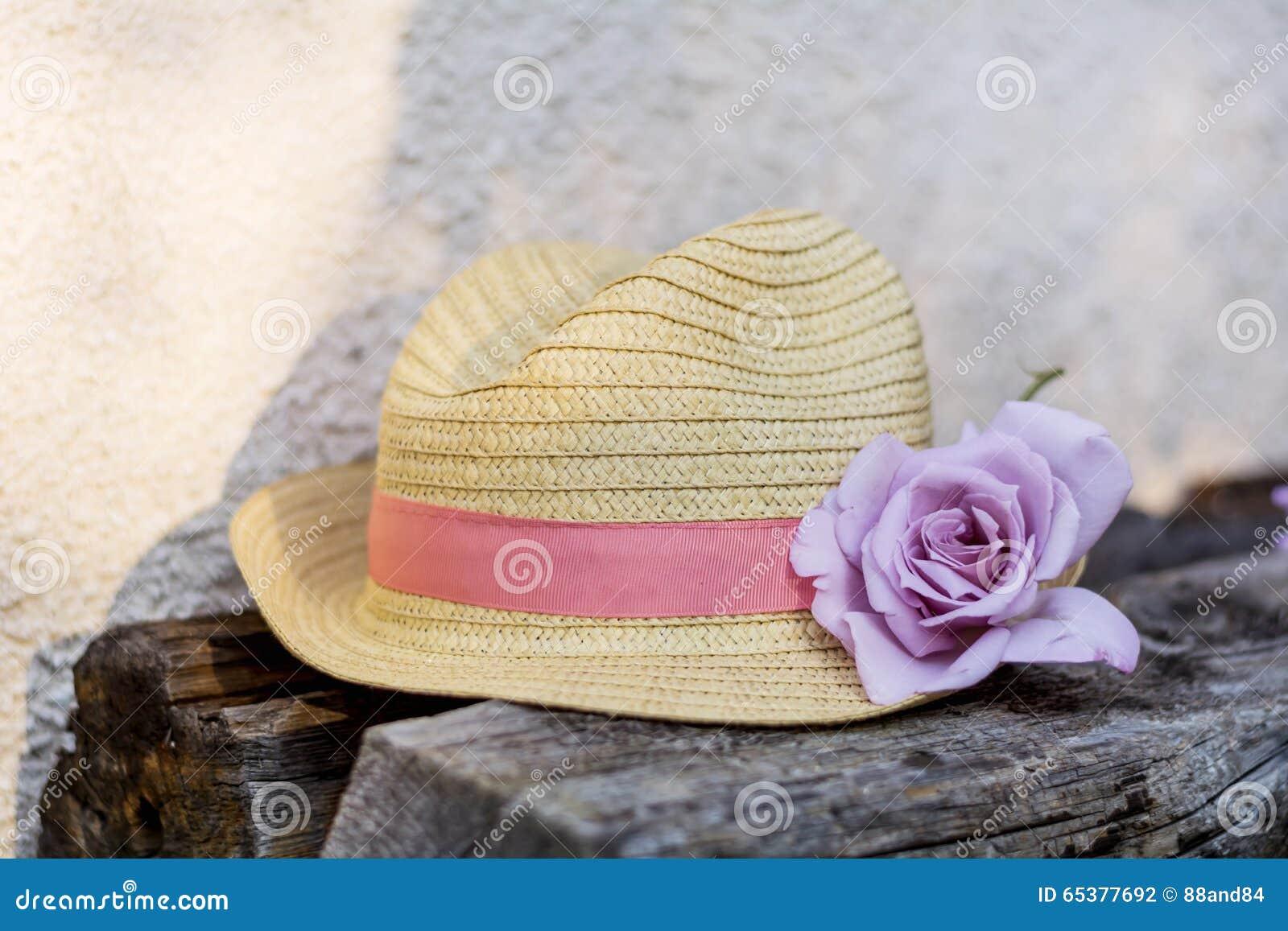 Sombrero De Paja Moderno Con La Rosa Del Rosa Foto de archivo ... 98208c8835e