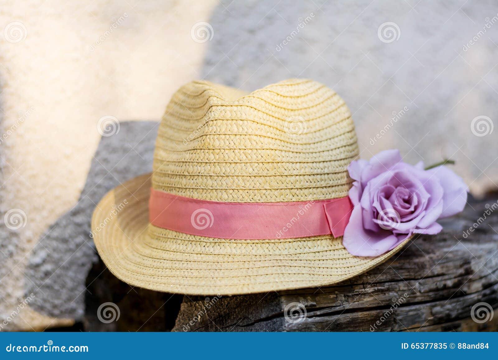 Sombrero De Paja Moderno Con La Rosa Del Rosa Imagen de archivo ... 9284c13d6ee