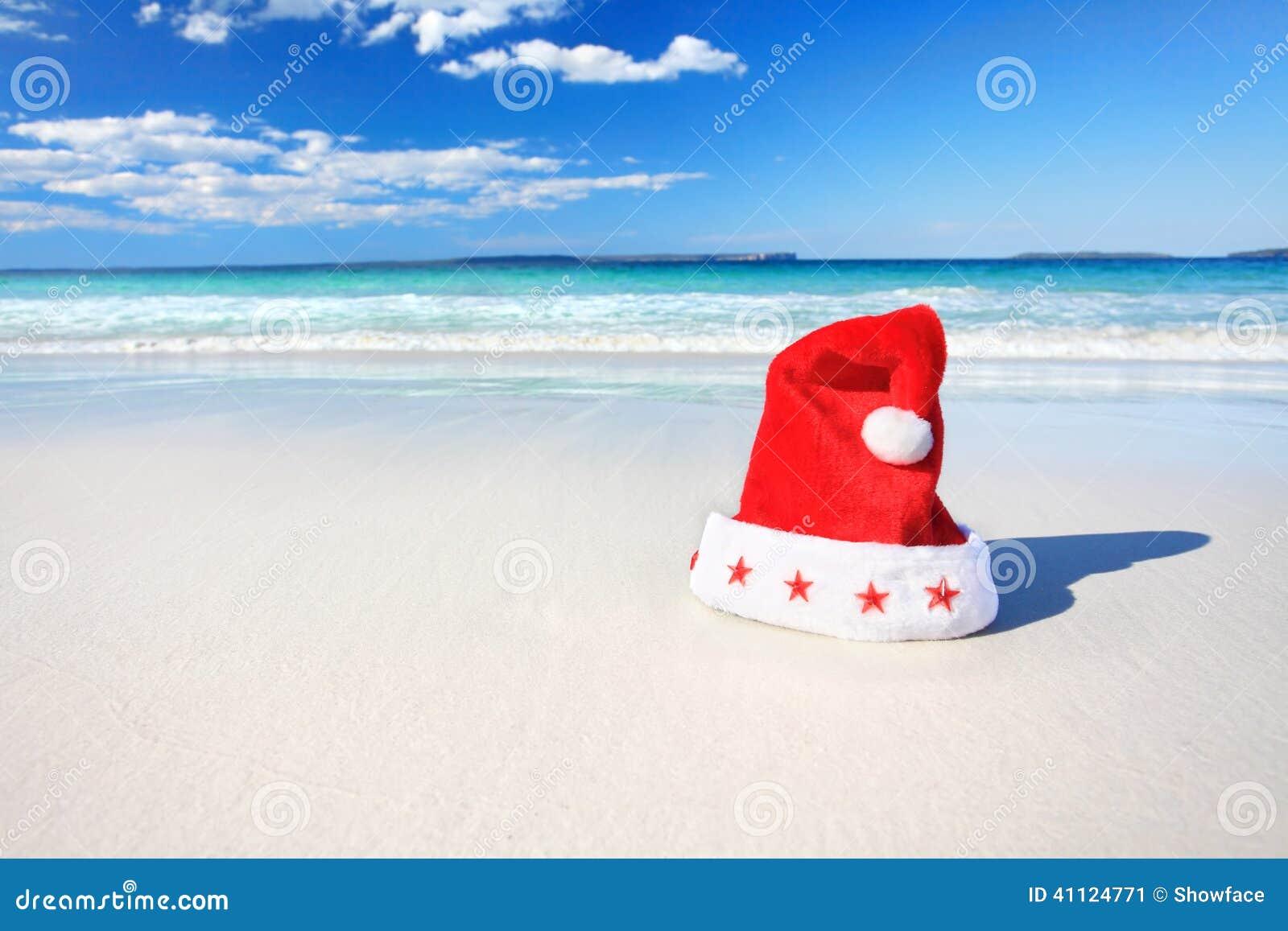 Sombrero de Papá Noel de la Navidad en la playa soleada en Australia