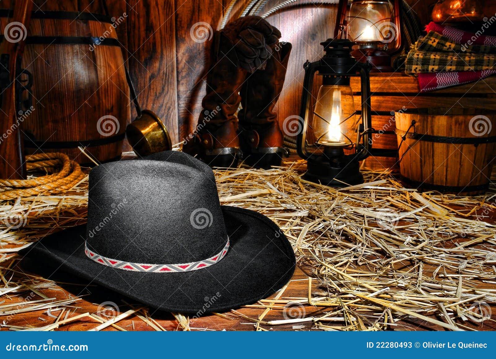 ea94eb7d70009 Sombrero de fieltro negro tradicional del vaquero del oeste americano del  rodeo en suelo de madera cubierto paja en un granero del rancho de la  vendimia con ...