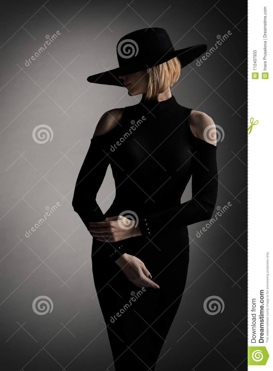 Sombrero del borde de Black Dress Wide del modelo de moda, mujer retra elegante