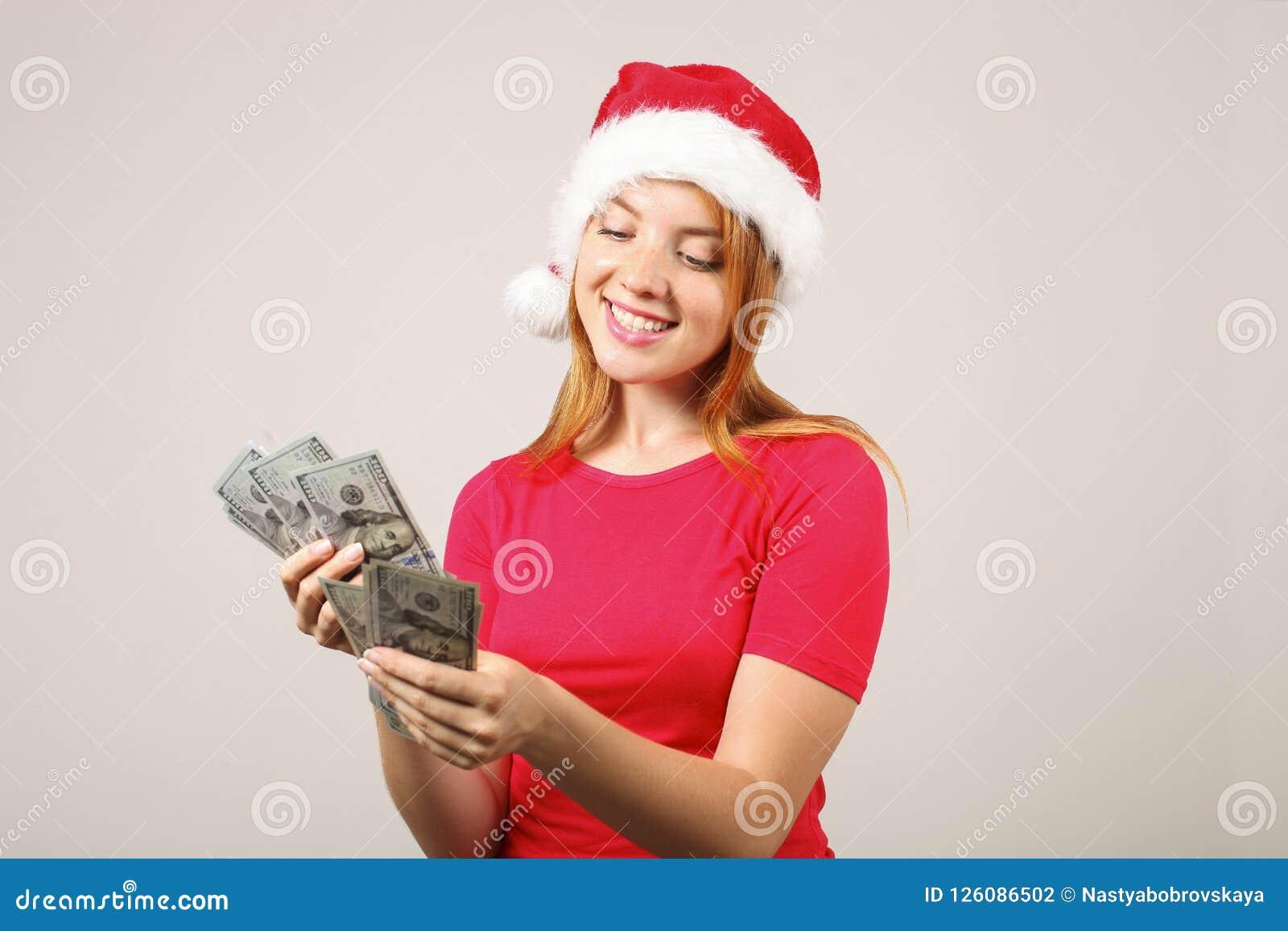 Sombrero femenino del ` s de Papá Noel del pelirrojo que lleva magnífico con el estallido-pom, celebrando días de fiesta festivos