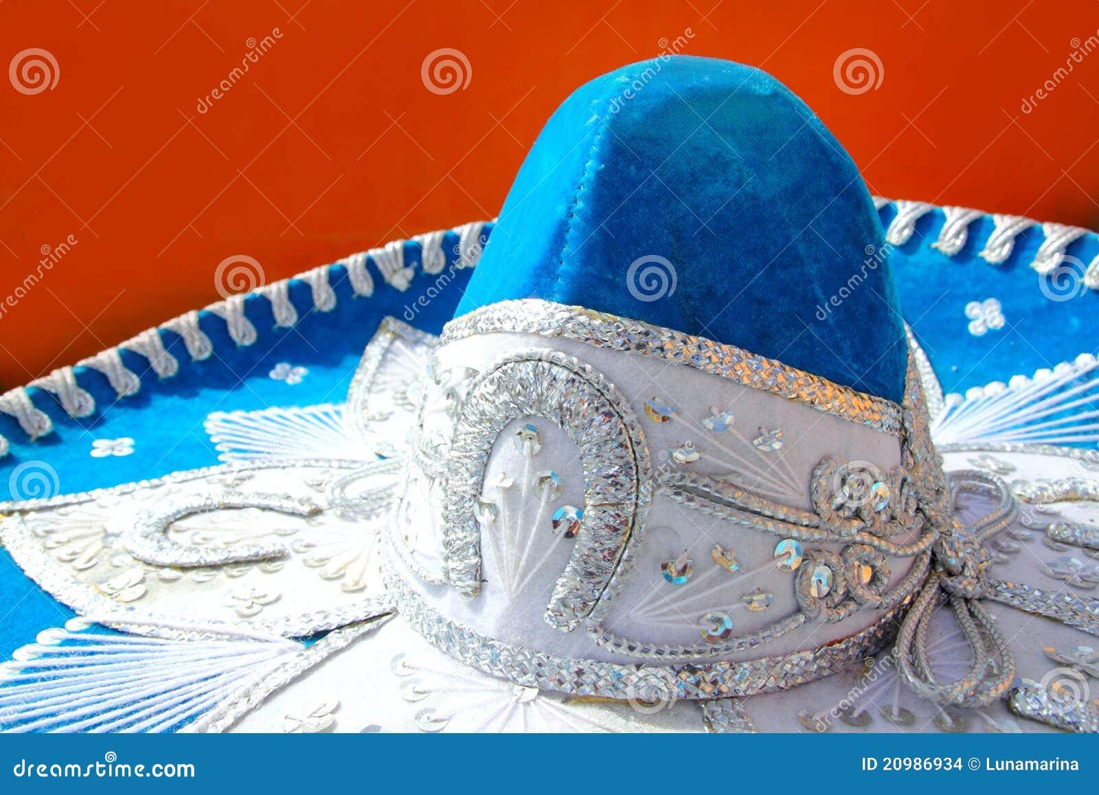 0ecf95c1f8052 Detalle azul del sombrero mexicano del mariachi de Charro sobre fondo  anaranjado en México