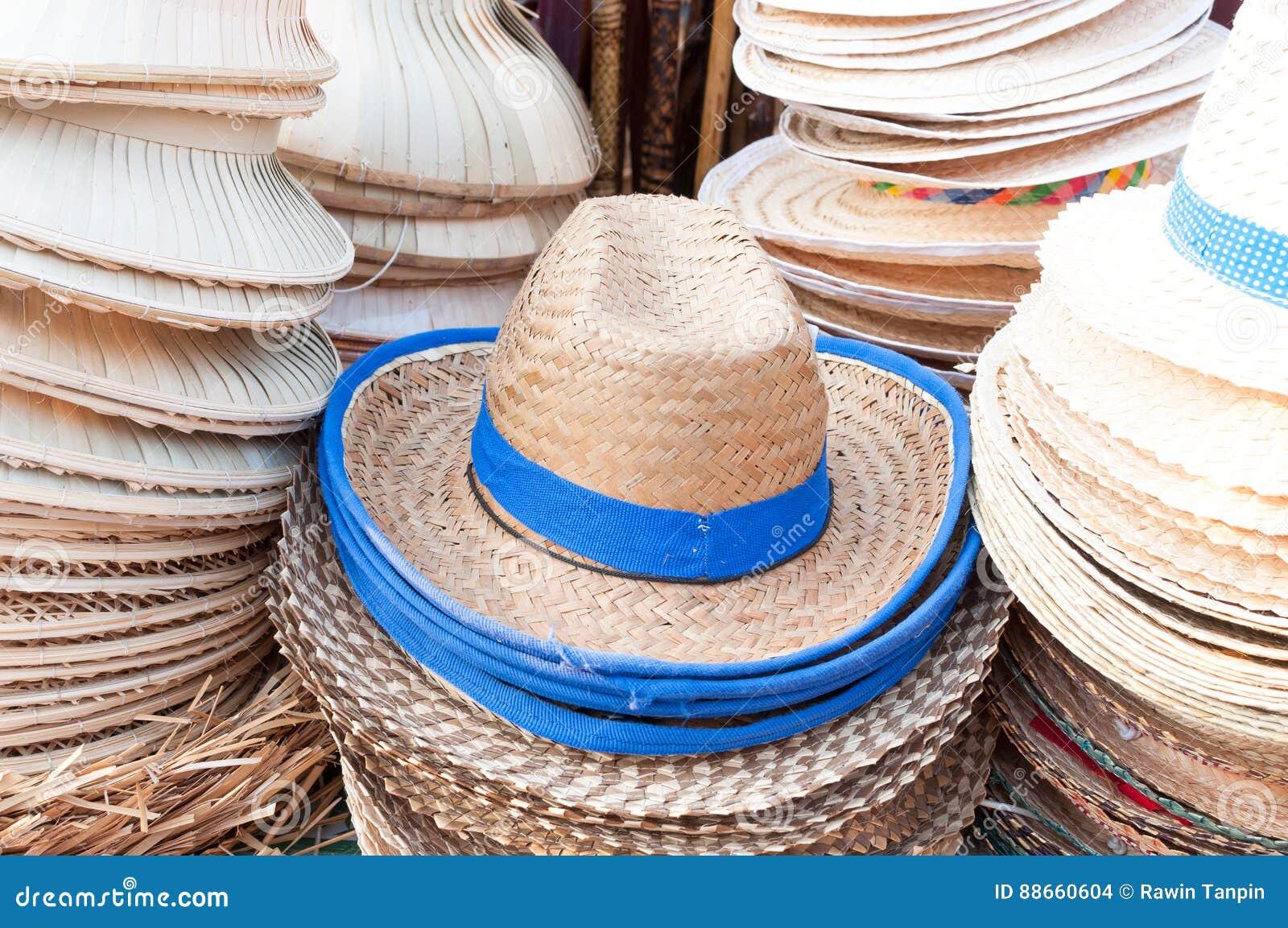 Los sombreros hechos a mano tejidos del arreglo de bambú de los sombreros  en mercado dan la tienda de arte 966ceb9d1e0