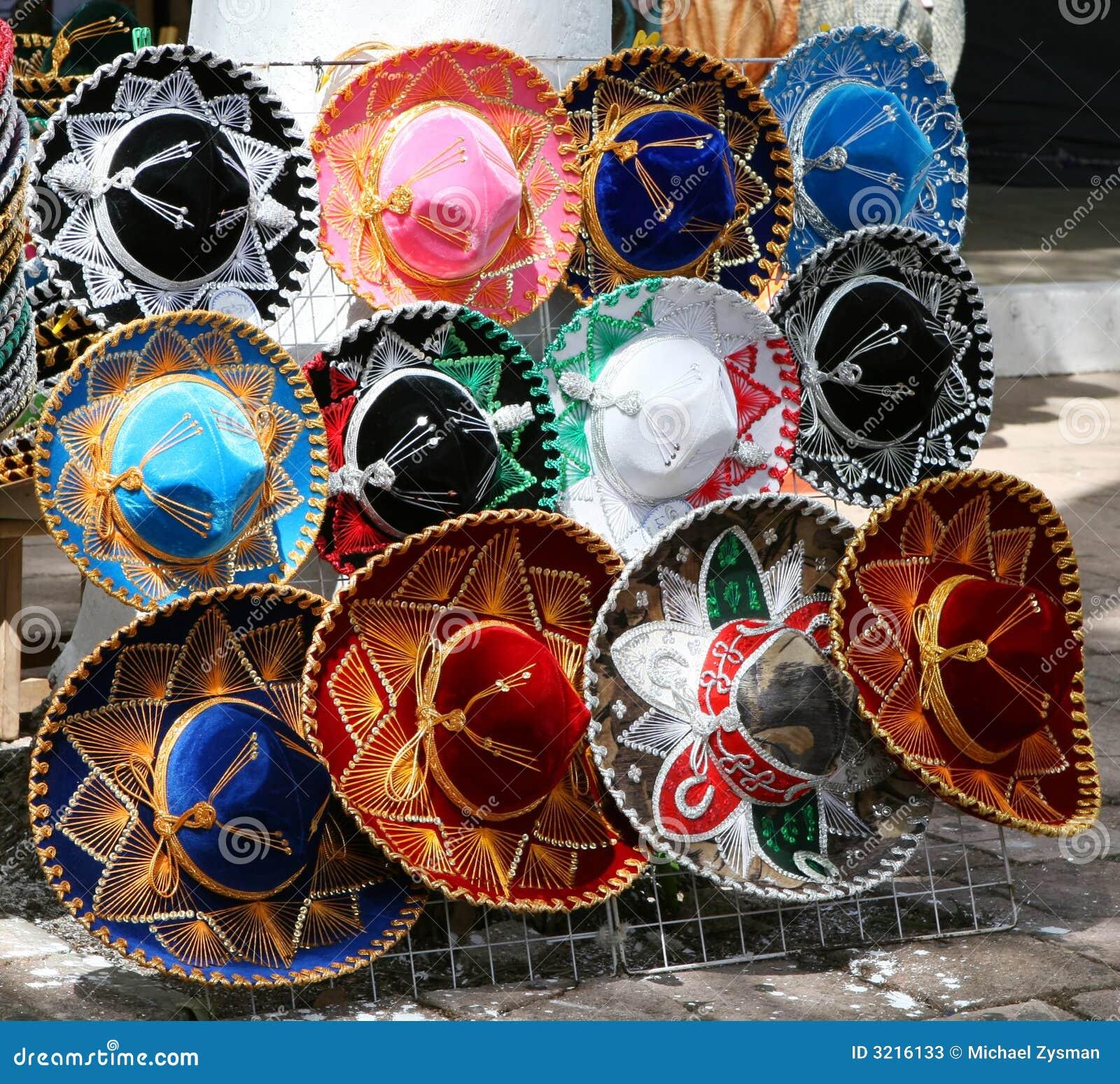 c5f2ba743ec25 Sombreros mexicanos tradicionales para la venta en una tablilla de anuncios  en el Yucatán