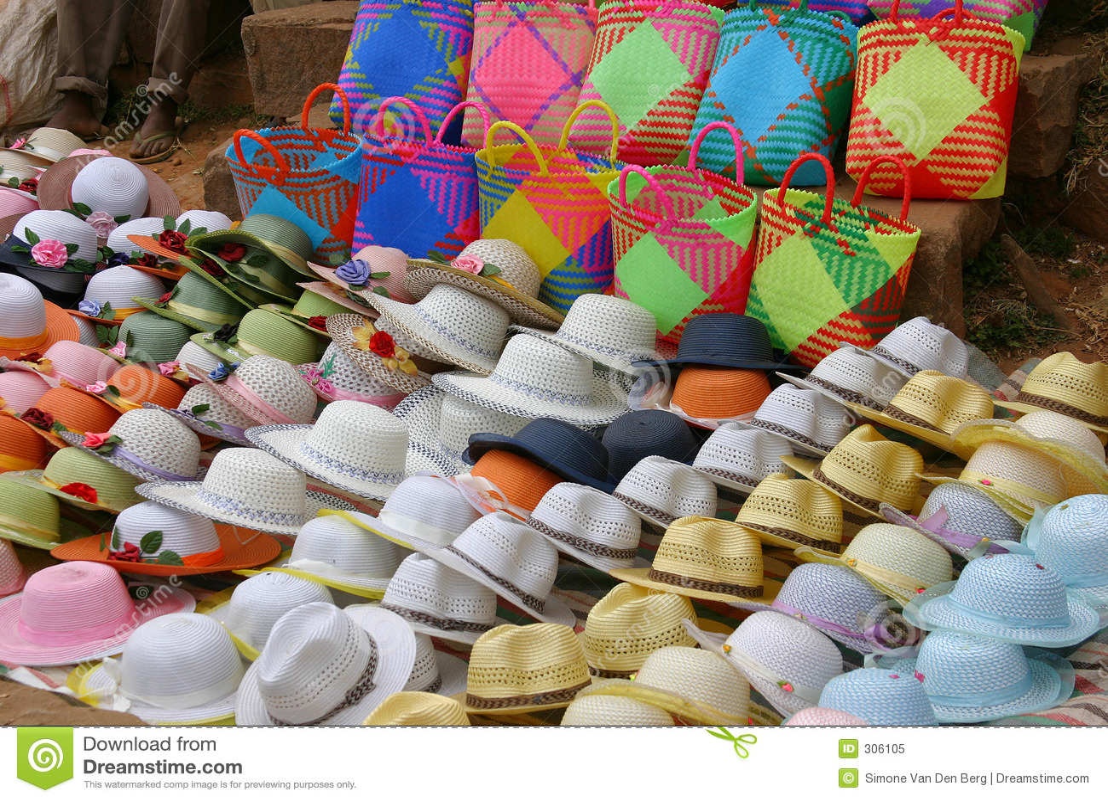089a004fca Colección de diversos sombreros para la venta en un mercado en Ambositra