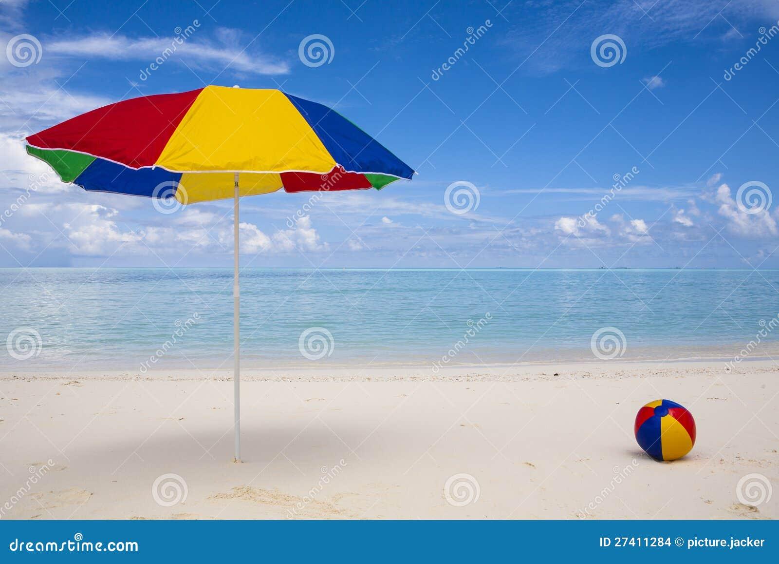 Sombrilla y bola coloridas en la playa imagenes de archivo - Sombrilla playa ...
