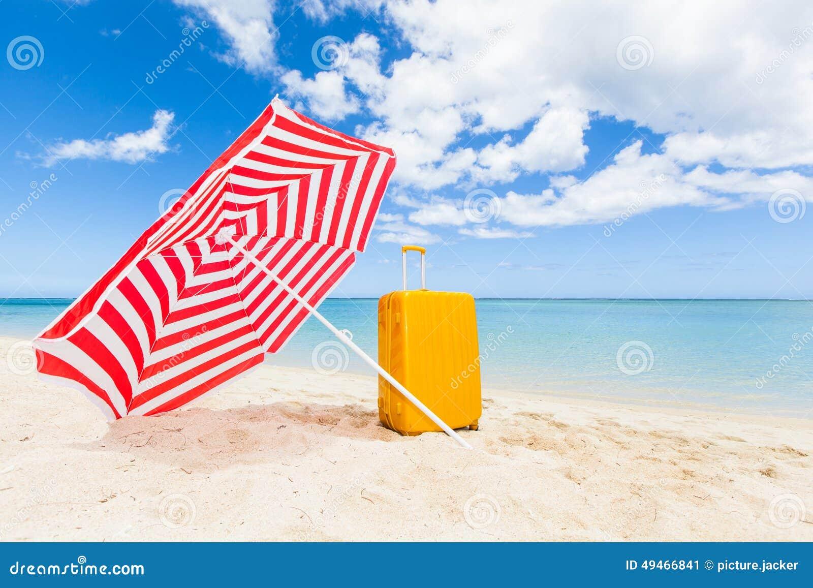 Sombrilla y carretilla en la playa imagen de archivo - Sombrilla playa ...