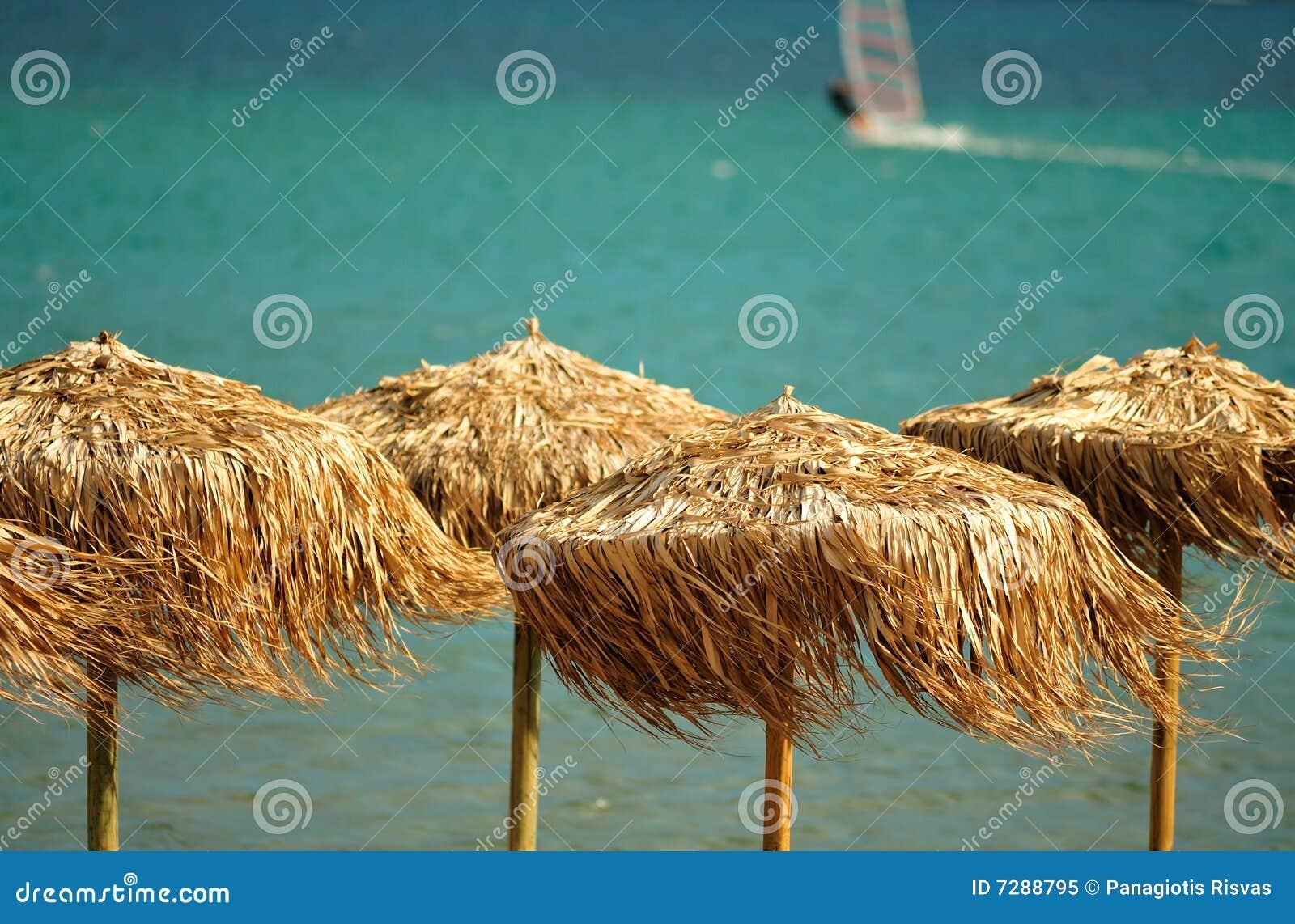Sombrillas cubiertas con paja