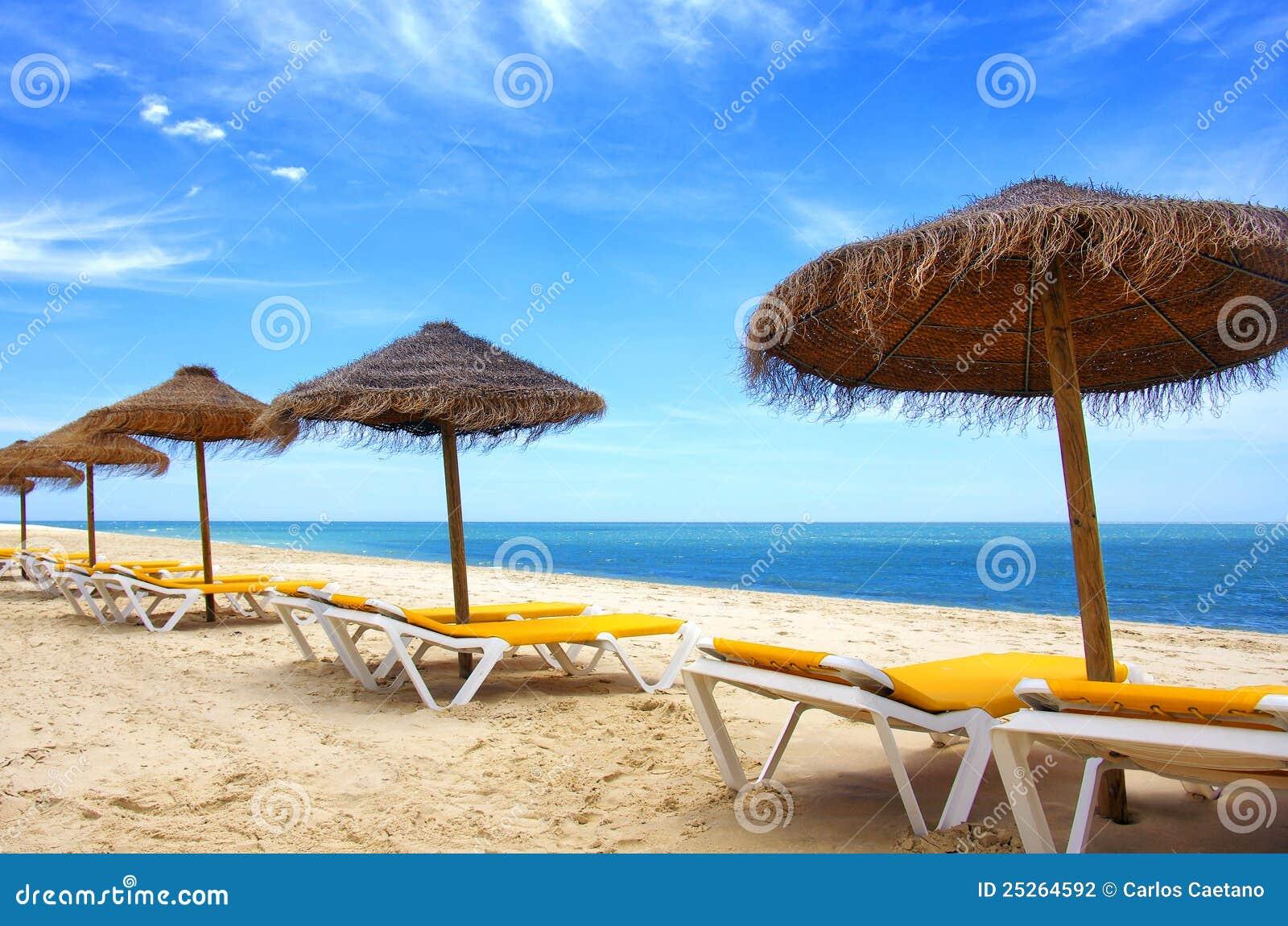Sombrillas de la playa foto de archivo imagen de cielo - Sombrilla playa ...