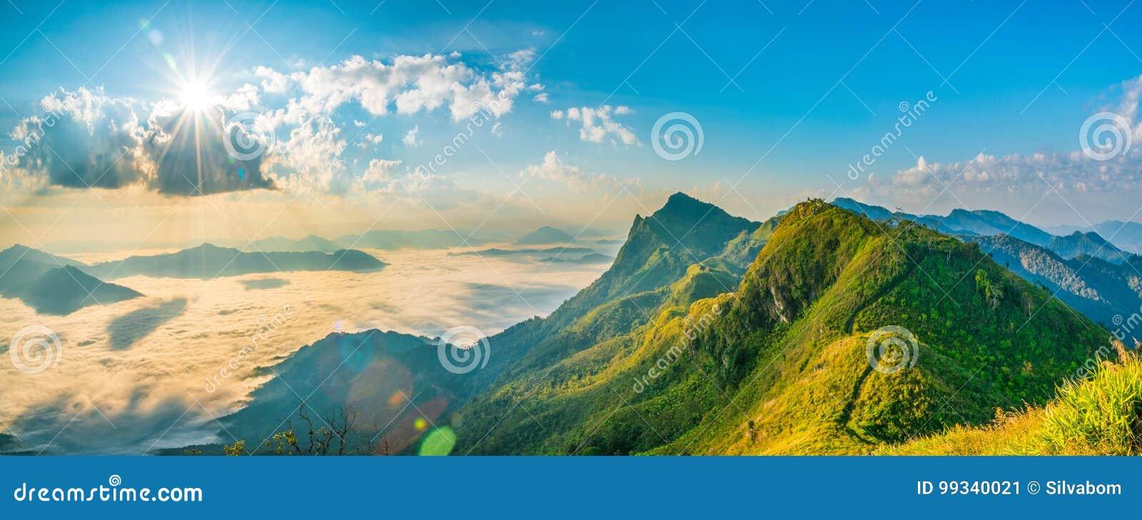 Sommar för berglandskapnatur eller vårbakgrund med sol r
