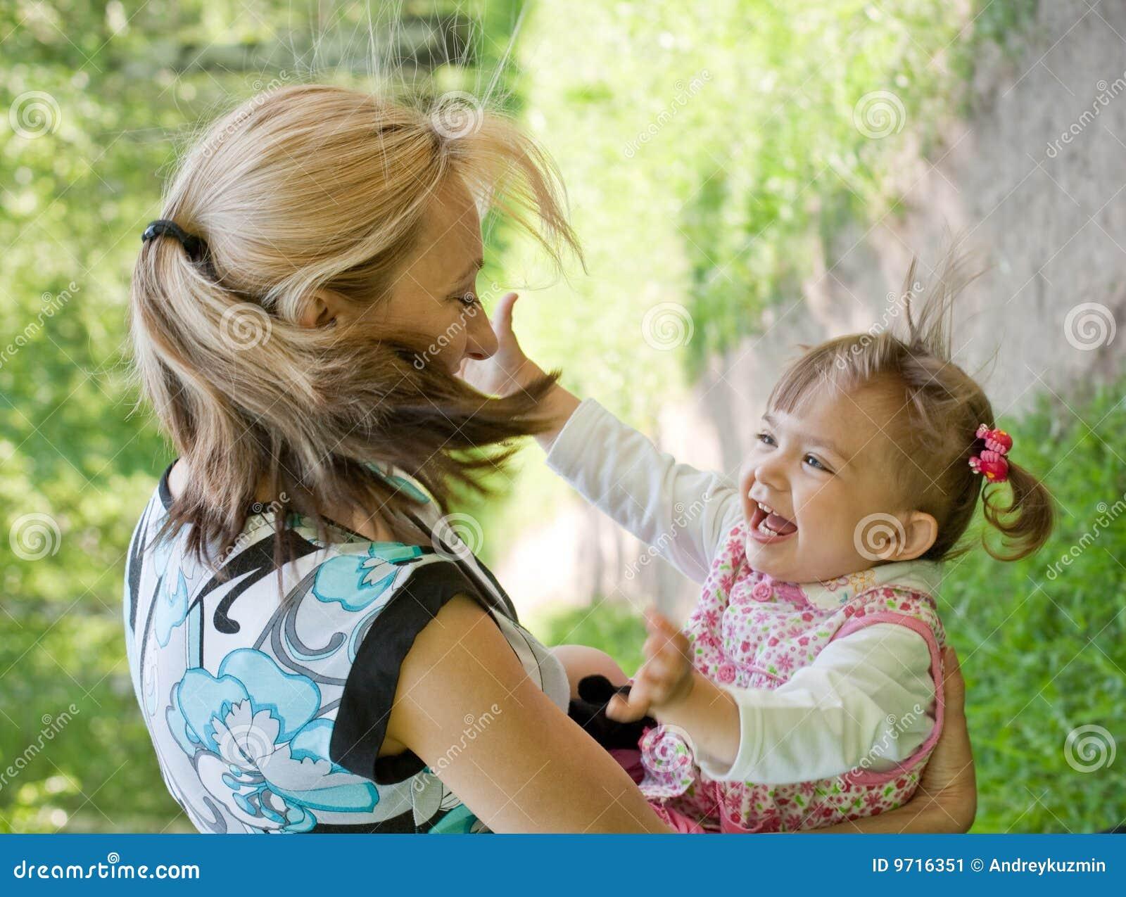 Sommar för lycklig moder för dotter utomhus- leka
