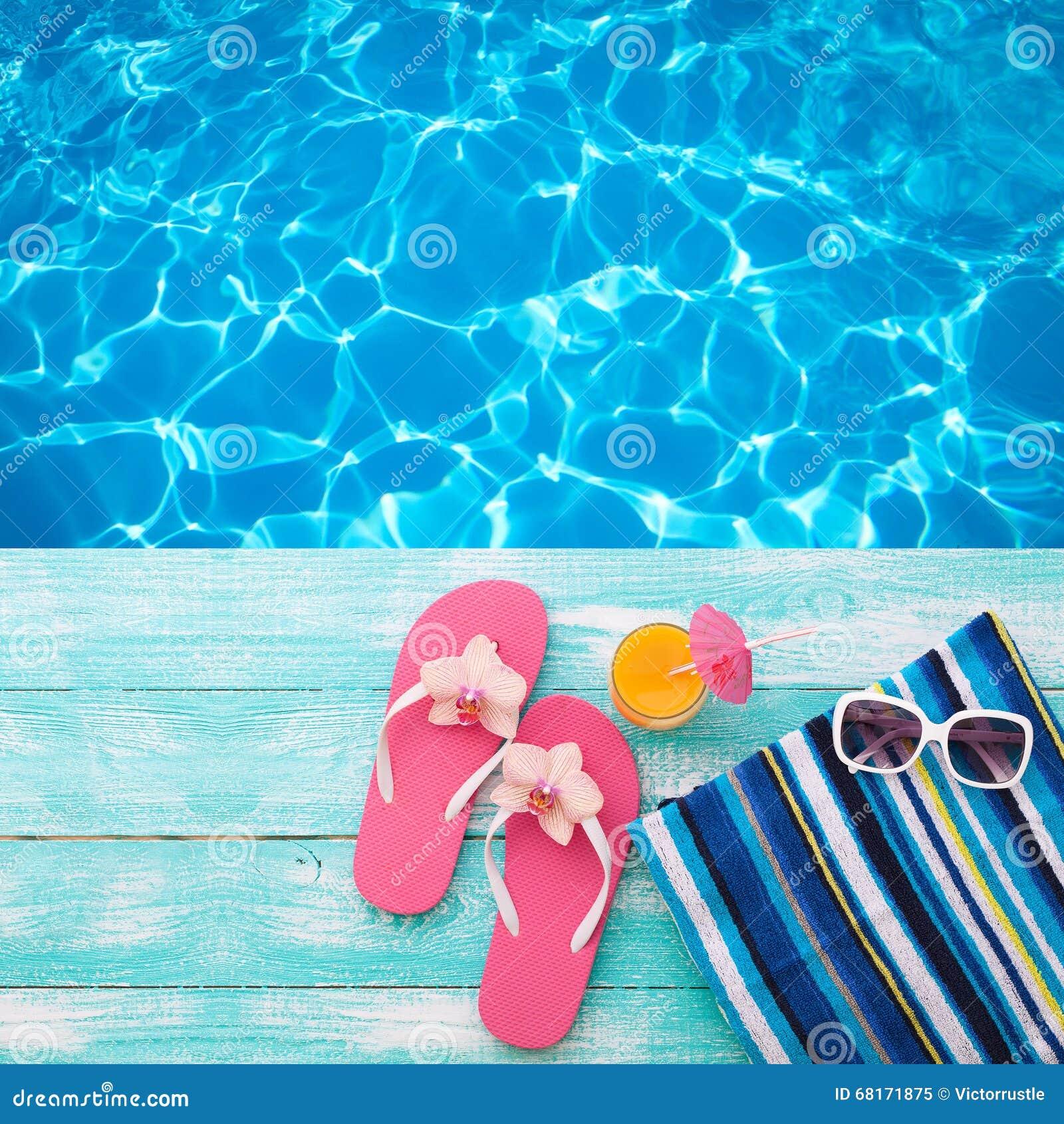Sommarferier i strandkust Misslyckanden för flipen för sommar för modetillbehör, hatten, solglasögon på ljus turkos stiger ombord