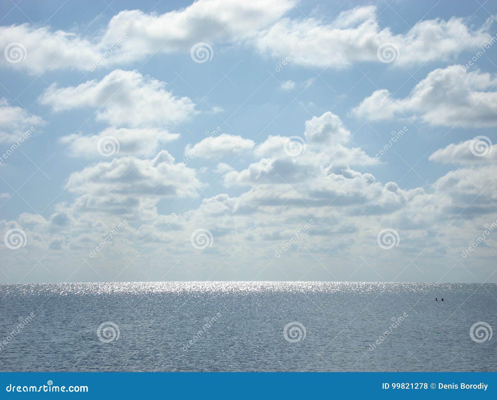 Sommarhav under molnen
