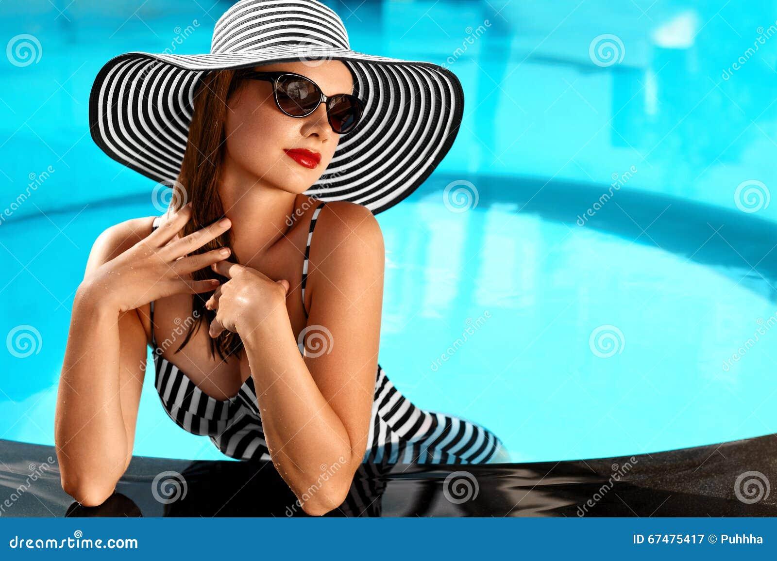 Sommarkvinnaskönhet, mode Sund kvinna i simbassäng Beträffande