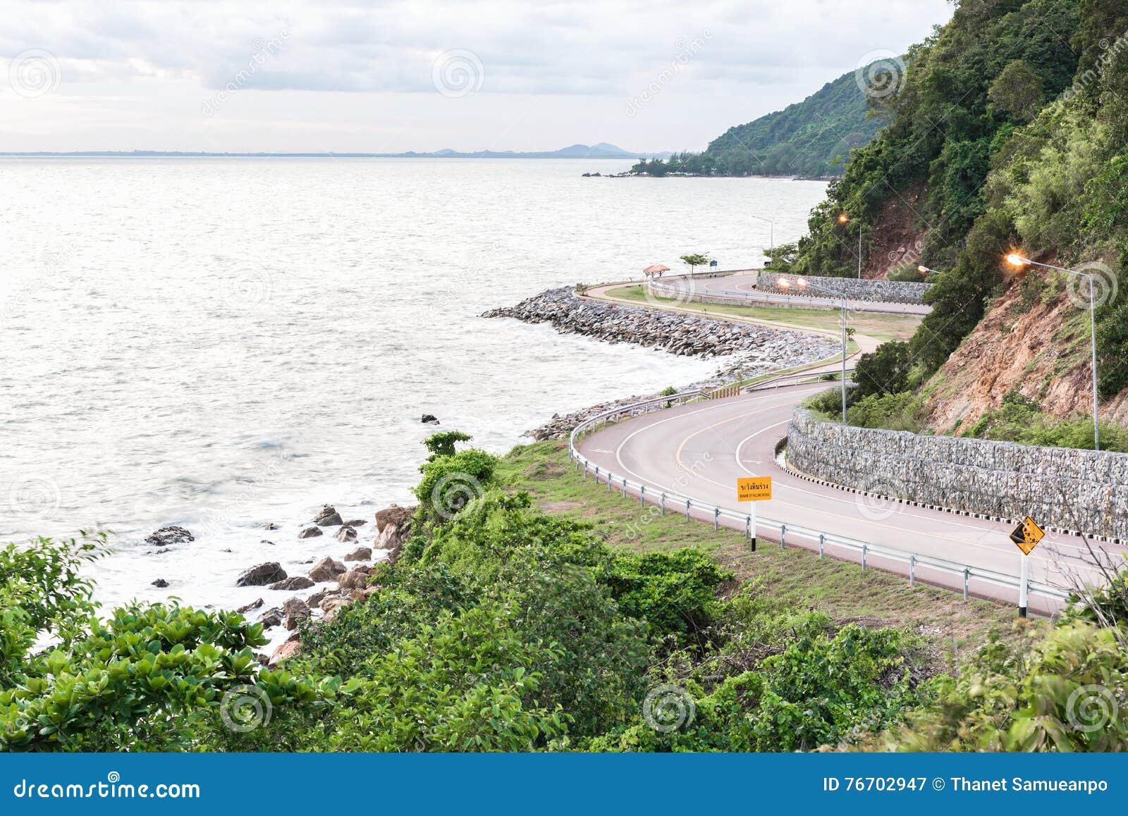 Sommarlandskap med den steniga kusten