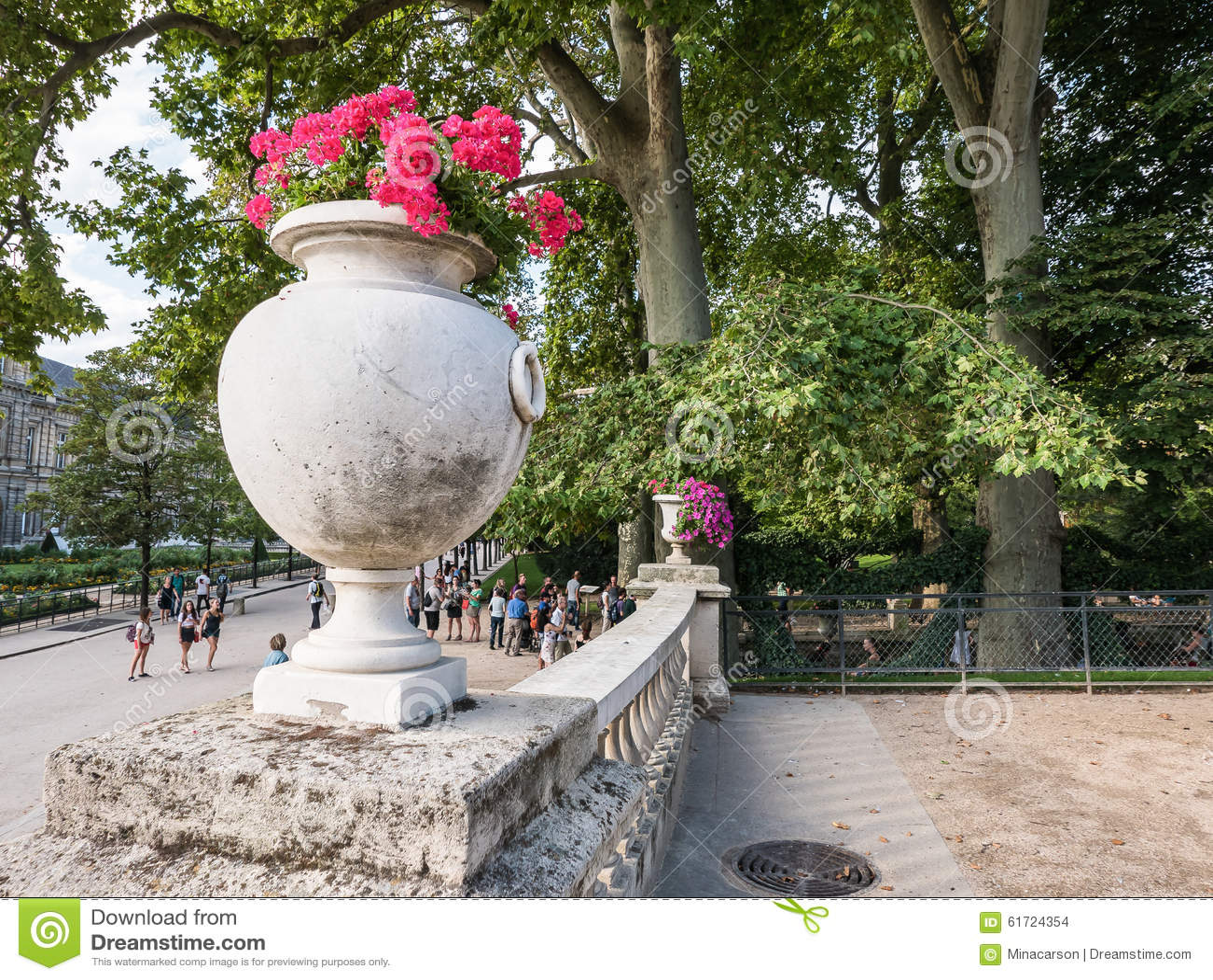 Sommarplats nära den Medici springbrunnen, Jardin de Luxembourg, Paris,